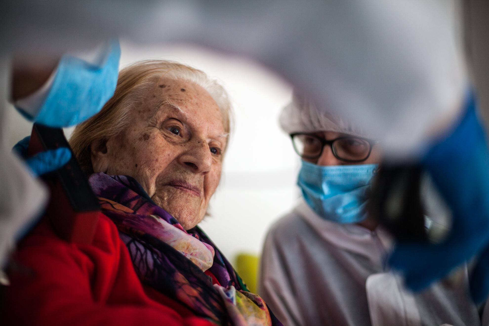 La señora Teresa habla con los familiares, y con las cuidadoras que le atienden.