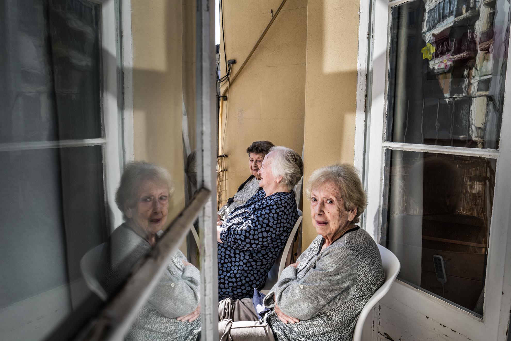 Pilar, Rosa e Isabel toman un poquito de sol en el balcón interior de la residencia Centro Geriàtric Gure-Etxea.