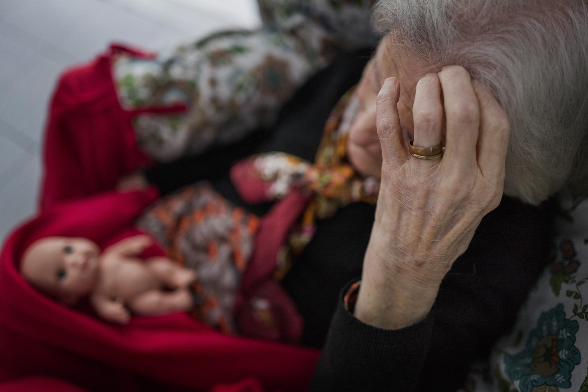 """masculino. La señora Feli tenía 4 años. La Segunda República Española fue el régimen democrático que existió en España entre el 14 de abril de 1931, fecha de su proclamación, en sustitución de la monarquía de Alfonso XIII, y el 1 de abril de 1939, fecha del final de la Guerra Civil, que dio paso a la dictadura franquista. La señora Feli, tenía 15 años en la segunda Republica y 24 años al final de la guerra. Alrededor de los 34 años, le tocó vivir la España del hambre. Cuando ella tenía alrededor de los 45, llega a España el rock, ye-ye y beat en la primera mitad de los años 60. En 1975, ¡la Transición!, historia contemporánea de España en el que se llevó a cabo el proceso por el que el país """"dejó atrás"""" el régimen dictatorial del general Francisco Franco y pasó a regirse por una Constitución que restauraba """"la democracia"""". La señora Feli, estuvo ahí. ¡Qué noche la de aquel año! 1985: 'Lista de éxitos', 'Aquel año' y 'Qué era de' (por Moncho Alpuente y El Gran Wyoming) y las actuaciones de Gabinete Caligari, Hombres G, Paco Clavel, Alarma y Miguel Ríos. Puede que la señora Feli, lo viera en directo en su televisor. Y me quedo sin espacio... ¡Pero ella aún nos mira!"""