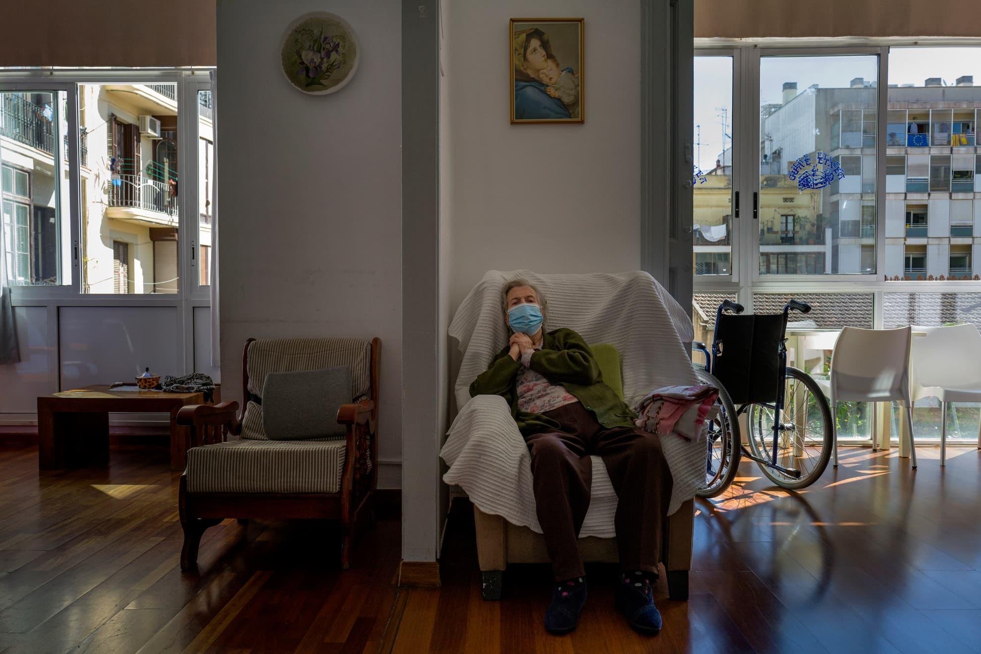 Una señora descansa en la residencia Centro Geriàtric Gure-Etxea.