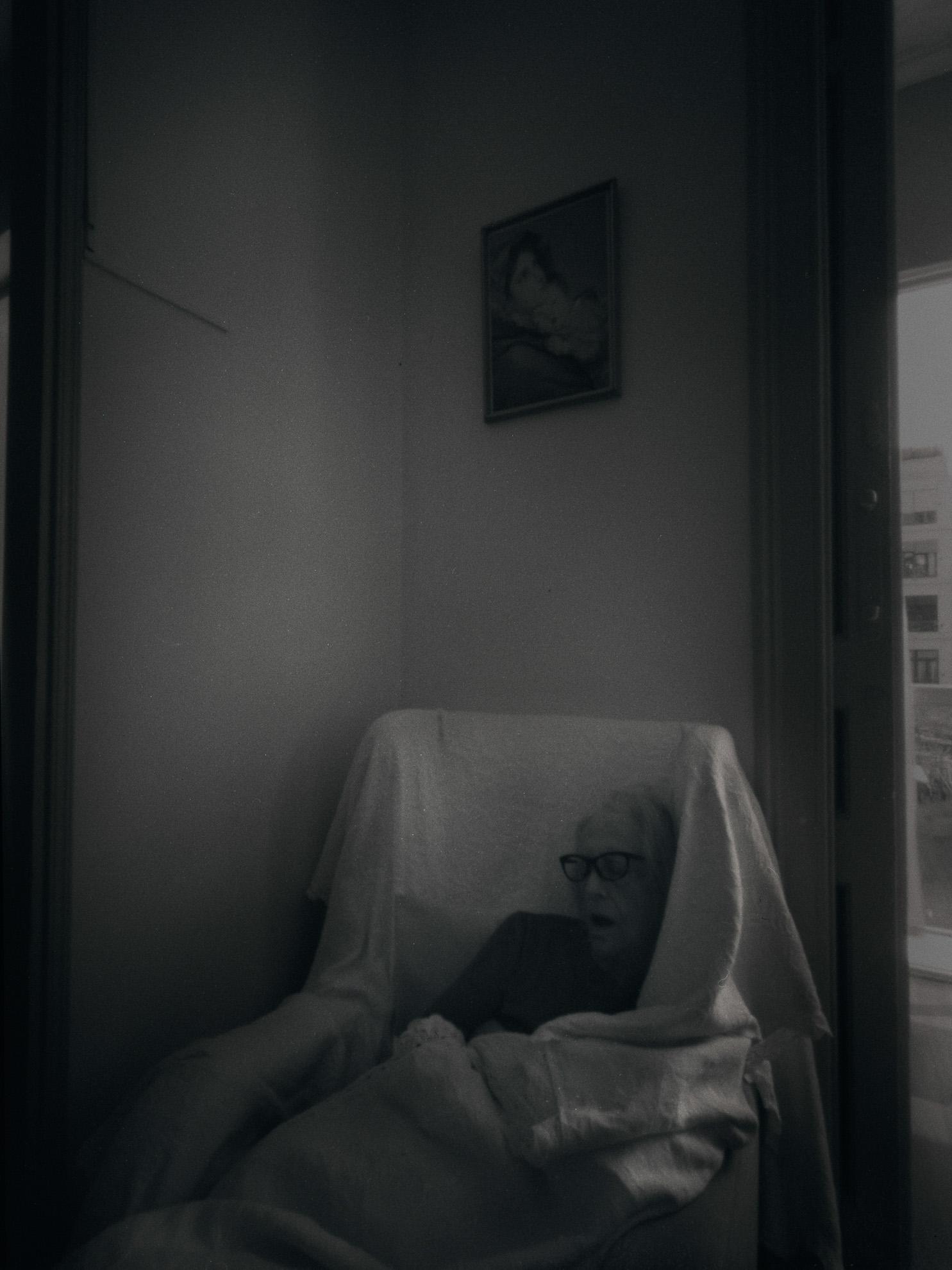 """Trabajo sobre la """"Memoria y el COVID-19"""", realizado con cámara estenopeica de gran formato 9x12 analógico. // Recordar, del lat. recordāri. Conjug. c. contar. 1. tr. Pasar a tener en la mente algo del pasado. Ahora lo recuerdo: ella no vino ese día. U. t. c. intr. Aquí jugábamos de niños, ¿recuerdas? // 2. tr. Tener algo o a alguien en la mente o en consideración. Recuerden que está prohibido hablar. // 3. tr. Dicho de una persona: Hacer que otra recuerde algo. Recuérdame que compremos leche. // 4. tr. Dicho de una persona o de una cosa: Parecerse a otra, o evocarla. 5. intr. p. us. despertar (‖ dejar de dormir). U. t. c. prnl. 1. expr. coloq. U. para atenuar la seguridad de una afirmación Hay veces que nos sentimos una y otra vez conectados a miles de historias que vivimos durante toda una vida, o parte de ella. Más de un amor, más de un amigo, más de una experiencia, más de una satisfacción, más de una desilusión. Todo esto nos deja un recuerdo en nuestra memoria, que por momentos , que en más de un momento nos gustaría olvidar… ¿De qué nos sirve recordar? Tal vez no sirva de nada, pero… Recordar es volver a vivir, escuche hace unos días en la residencia, y es cierto… «Algunos recuerdos son inolvidables, permanecen siempre vividos y son conmovedores.» -Joseph B. Wirthlin-"""