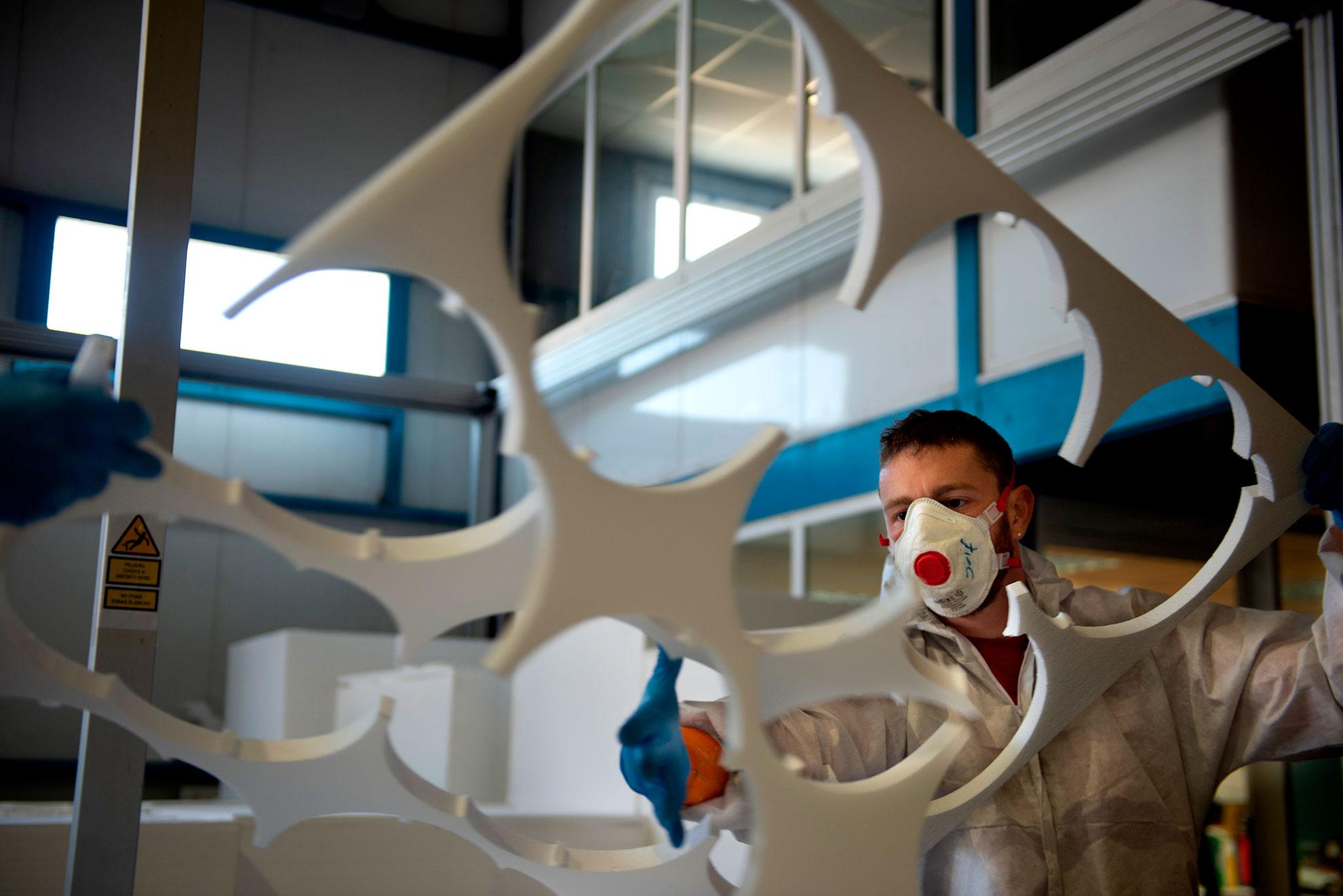 Tecmolde es una empresa ubicada en Loporzano, un pequeño pueblo de Huesca, dedicada a la fabricación de escenografías. Sus trabajos han aparecido en la serie Juego de Tronos o la película Lo imposible. Cuando comenzó la crisis del covid-19 pararon la producción de sus proyectos para dedicarse únicamente a la fabricación de máscaras sanitarias desechables. Fabrican 13.000 al día que se distribuyen a hospitales y centros de salud de toda España. Han compartido el diseño en su página web.
