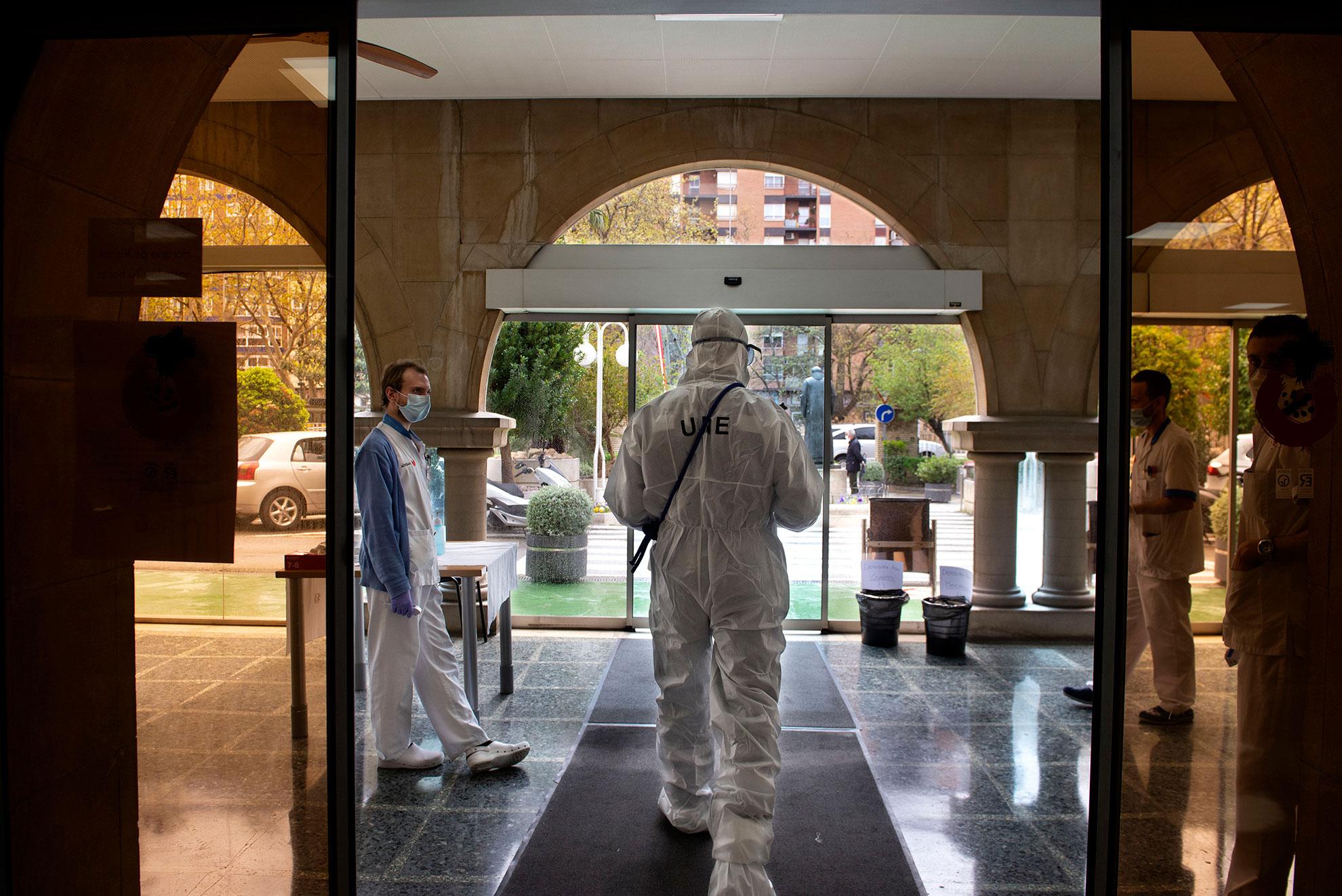 Efectivos de la UME abandonan el Hospital San Juan de Dios de Zaragoza tras haber realizado labores de desinfección de las zonas comunes y de paso.