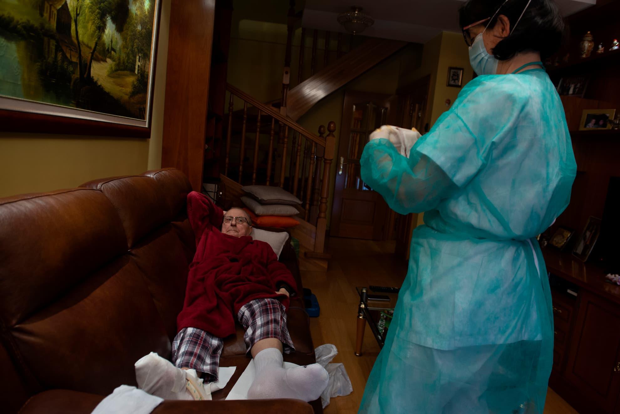 Alicia es enfermera y visita a Manuel en su domicilio para que no tenga que salir a la calle y esté protegido frente a posibles contagios de coronavirus.