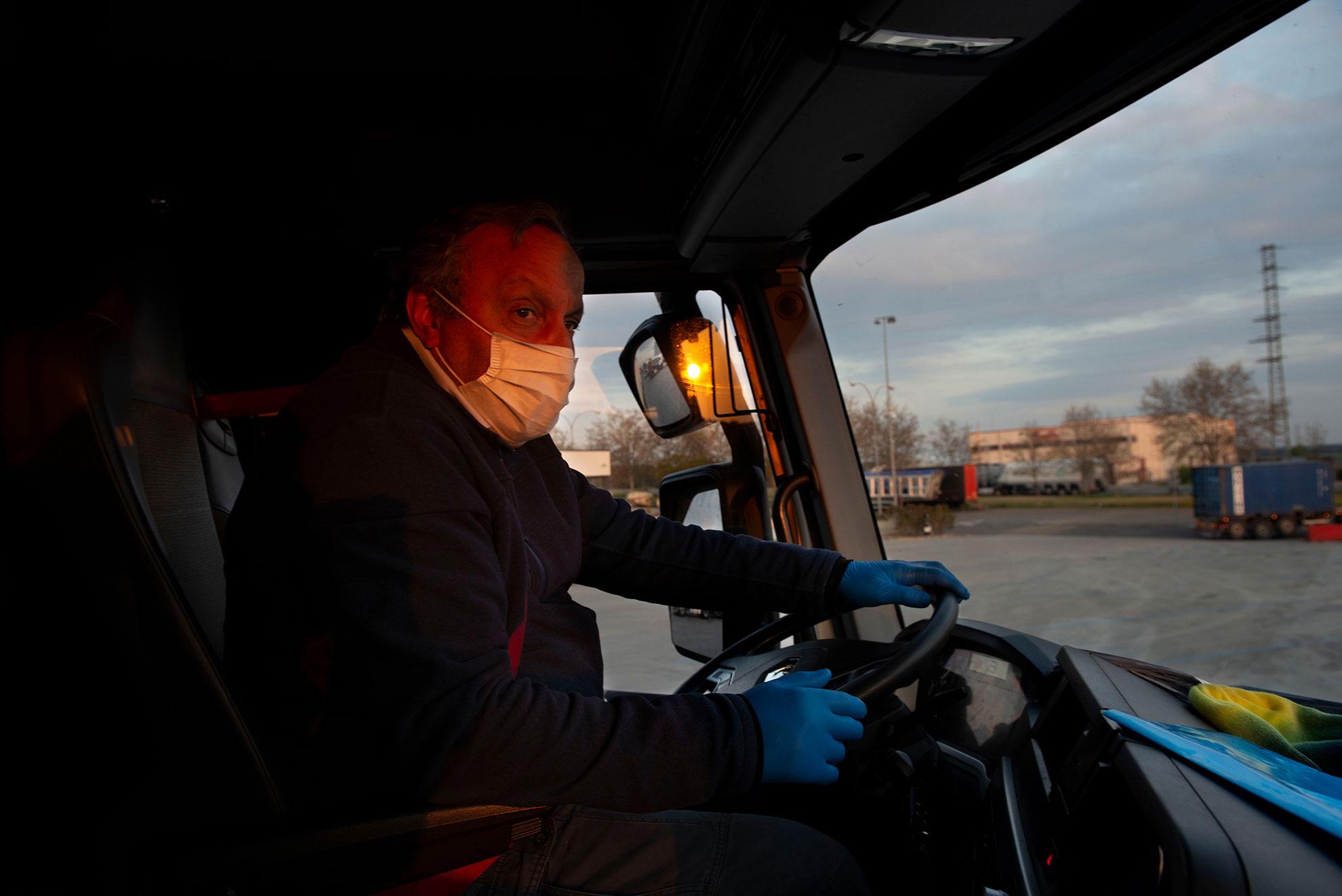 El trabajo de Mounir Mejdoub, chofer de Frio Aragón, es incesante estos días. Todavía de noche, con un camión cargado de productos frescos, sale de Mercazaragoza para hacer posible que no falten alimentos en los comercios. Las medidas de contención han afectado a su duro día a día. Con los primeros rayos de sol hace una parada en la estación de servicio de Tudela, una de las pocas que Mounir encuentra en su ruta para proveerse de alimentación o aseo. El suyo es uno de esos rostros anónimos que hacen posible que no haya desabastecimiento.