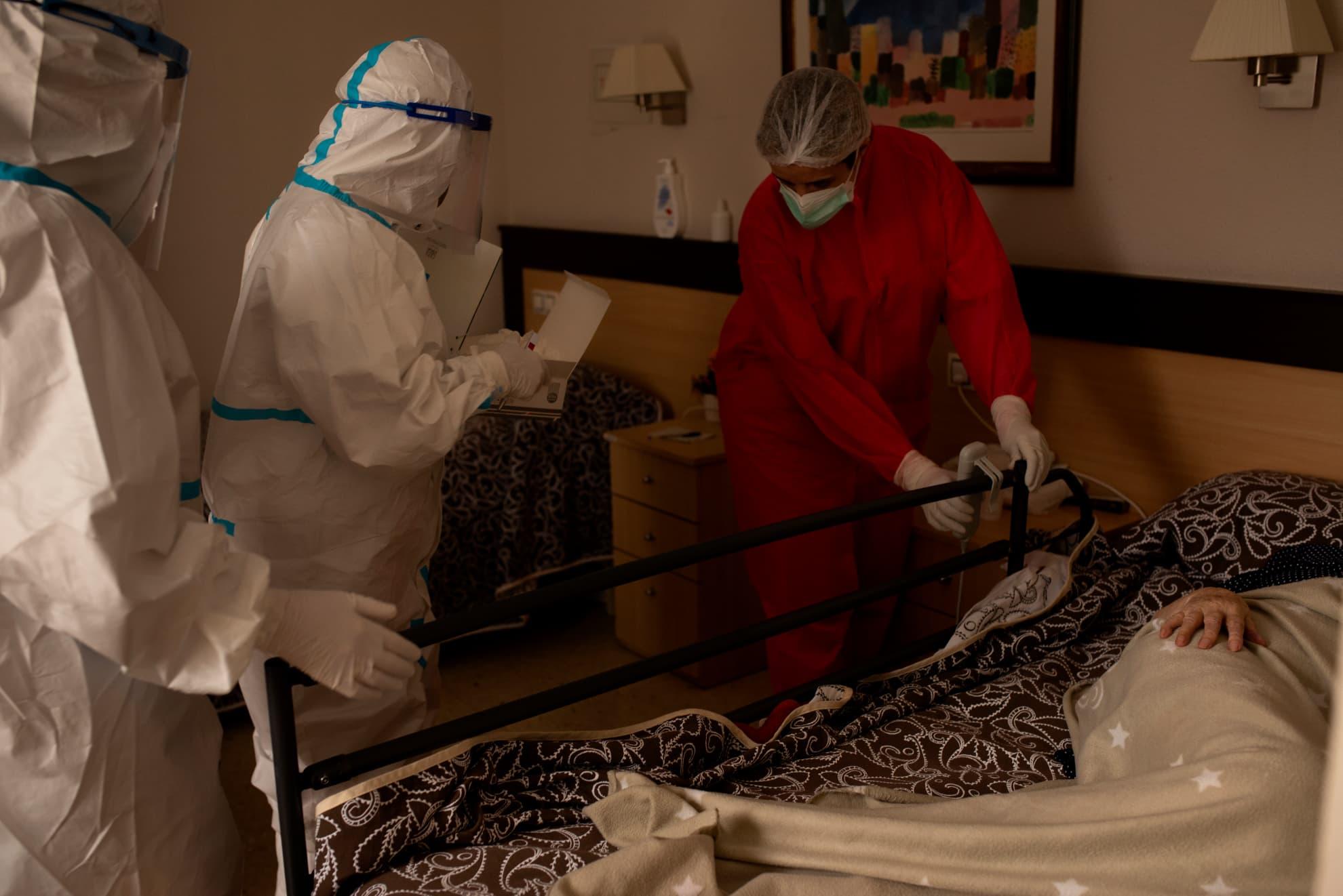 Un equipo de personal sanitario formado por enfermeras de atención primaria y enfermeras de una residencia realizan test rápidos a personas mayores que presentan síntomas de posible coronavirus.