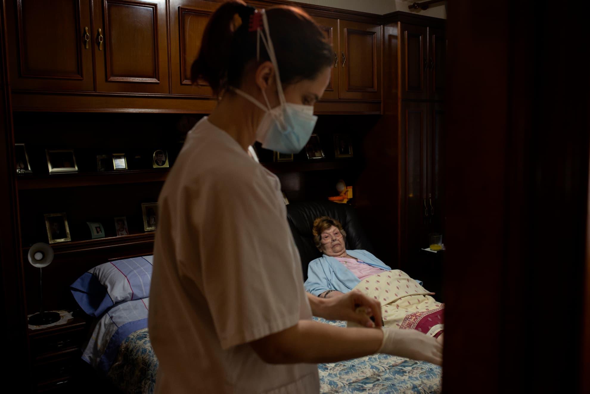 Andrea es enfermera y visita a Juliana para hacerle una cura. Desde el Centro de salud Arrabal se intenta atender a todas las personas mayores en su domicilio para que no tengan que salir de casa y exponerse a posibles contagios. Zaragoza, Aragón.