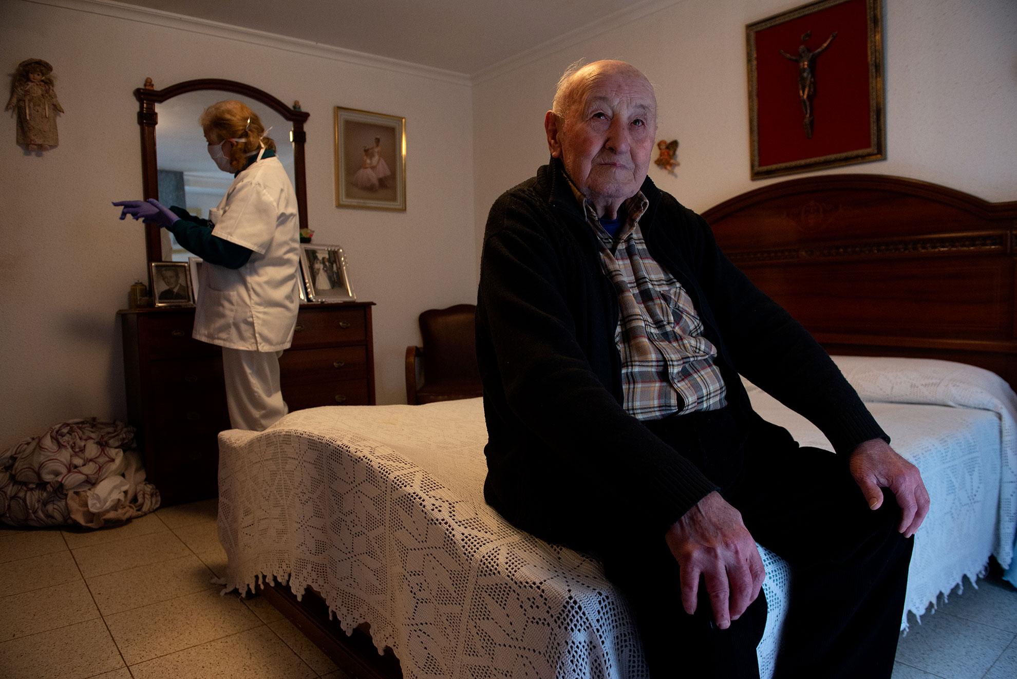 Mariano tiene 91 años y vive solo desde que su mujer y su hija fallecieron hace 14 años. Pilar, trabajadora del servicio de ayuda a domicilio de la Comarca Campo de Cariñena, le visita tres veces a la semana para ayudarle en las tareas de limpieza de la casa y aseo personal. El mejor momento del día, dice Mariano, que se deshace en halagos hacia su cuidadora. Pilar cuenta que Mariano es muy buen cocinero, él apunta que aprendió a cocinar cuando iba a trabajar a Francia a la vendimia; siempre fue jornalero del campo. Mariano no ha salido a la calle desde que se decretó el estado de alarma y echa de menos leer sus novelas del oeste al sol, en la puerta de casa. Las visitas de Pilar y las llamadas constantes de su nieta, que vive en Madrid, son su contacto con el mundo exterior en estos tiempos difíciles.