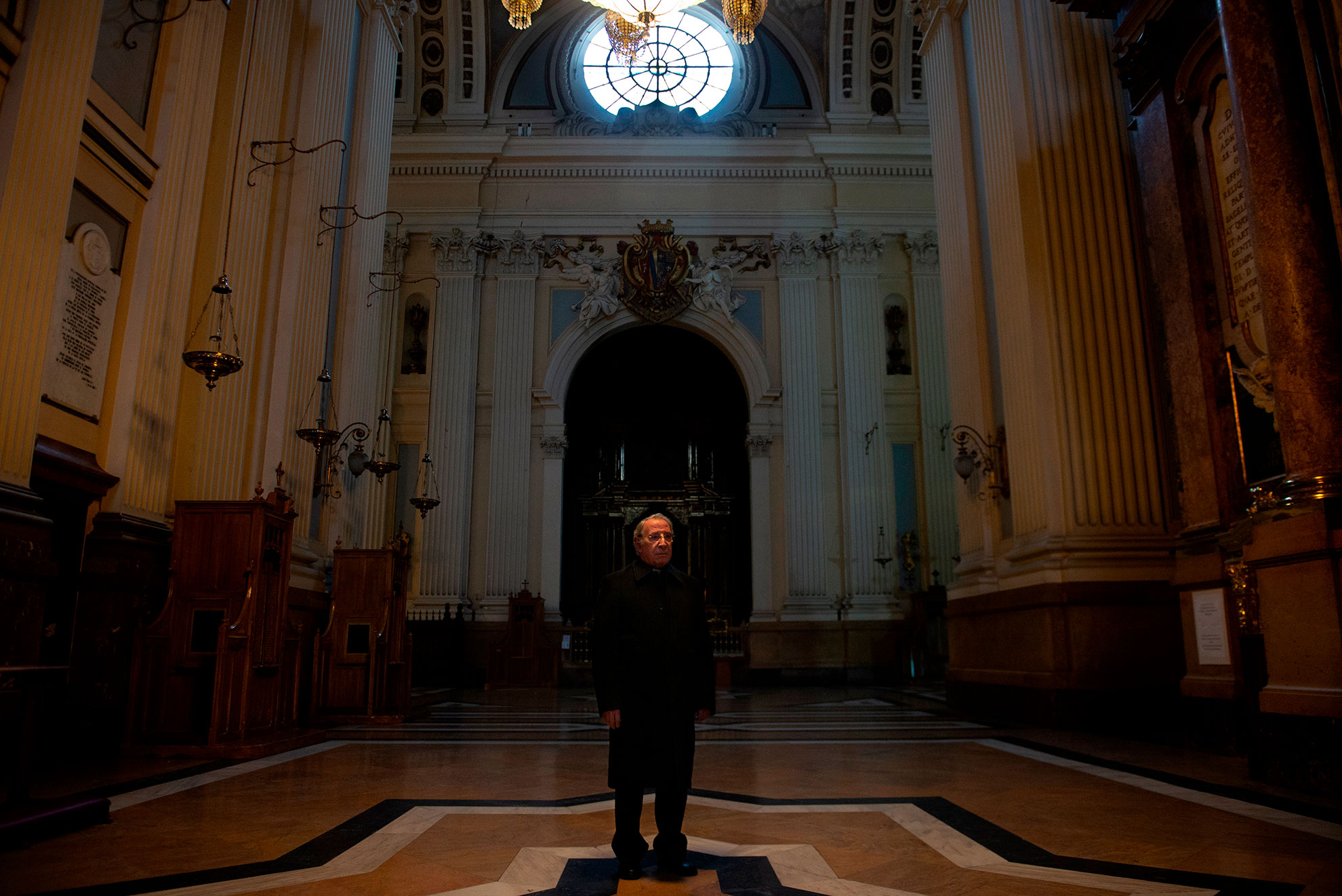 El Dean del Cabildo camina por el pasillo lateral de la Basílica del Pilar, el templo más emblemático de Zaragoza, cerrada al público y vacía desde que se decretó el estado de alarma. Una estampa llena de extrañeza pues El Pilar es uno de los monumentos más visitados en todo el país.