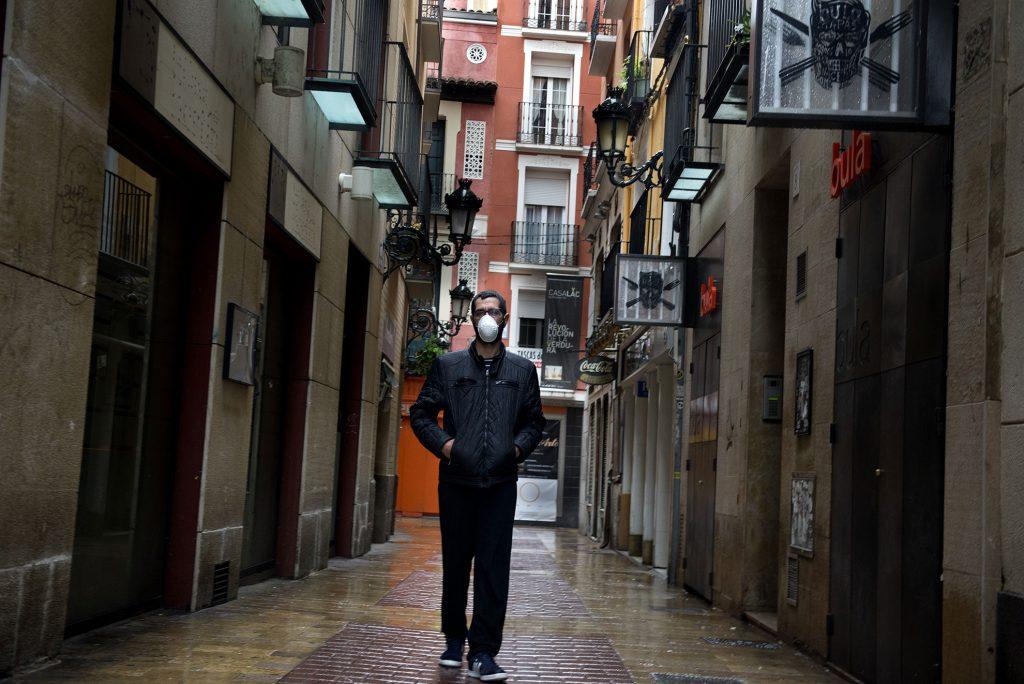 Retrato de Jose en el Tubo, una de las principales zonas de bares (cerrados desde el decreto de estado de alarma) de Zaragoza. Lleva mascarilla para protegerse del covid-19.