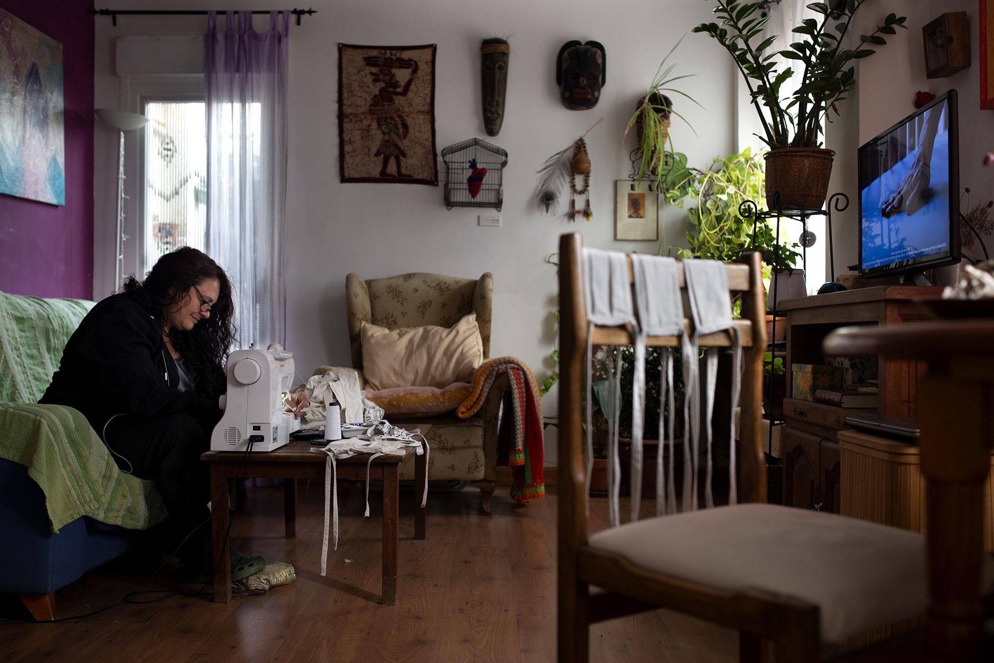 Charo aprovecha el confinamiento en casa para coser mascarillas de tela. El Gobierno de Aragón ha habilitado un local en la plaza del Pilar para recoger las mascarillas artesanales y las repartirá a los trabajadores no sanitarios que las necesiten.