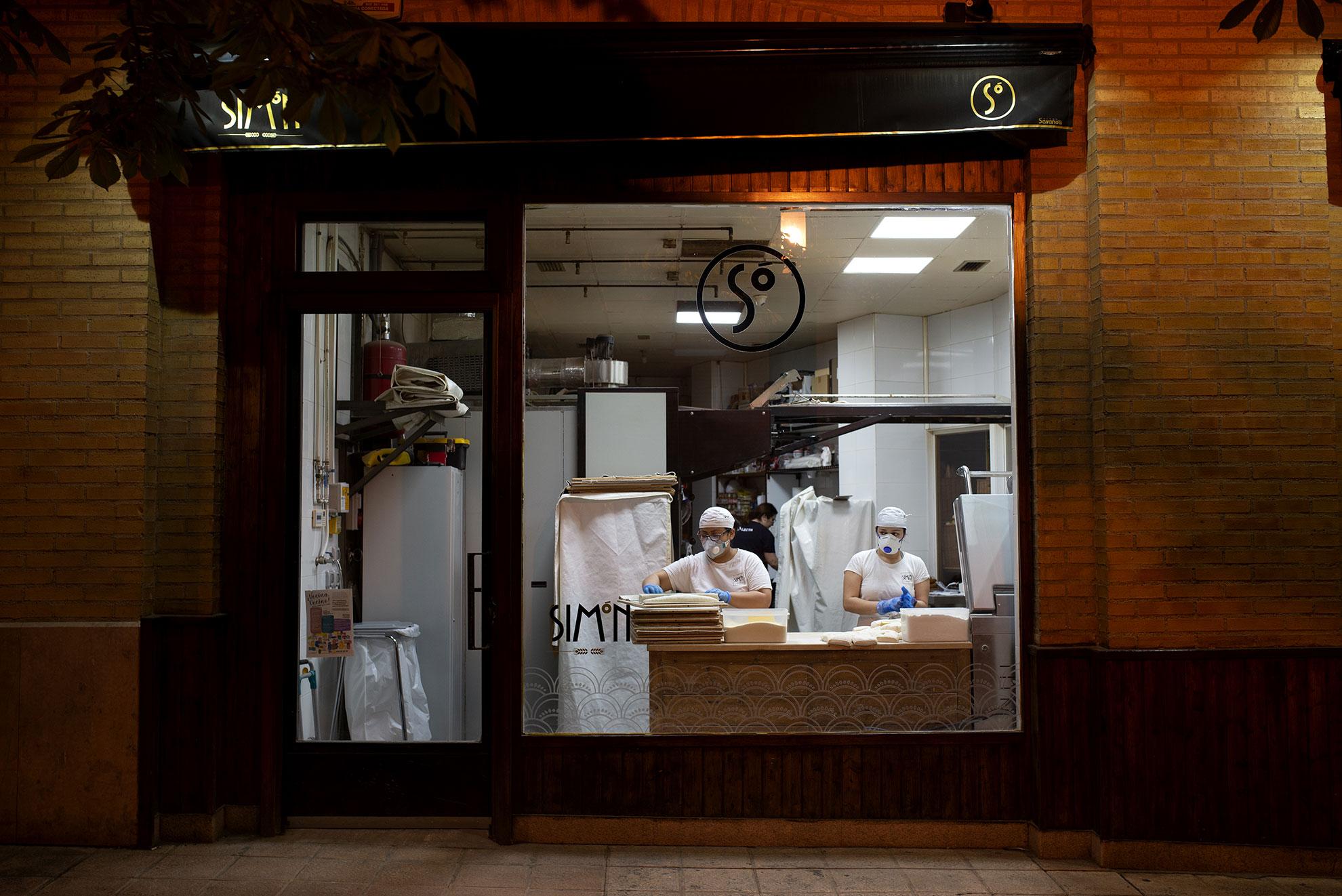 Trabajadoras de una panadería en el barrio de la Magdalena de Zaragoza, haciendo pan de madrugada. Todas las tiendas de venta de alimentos permanecen abiertas durante el estado de alarma.