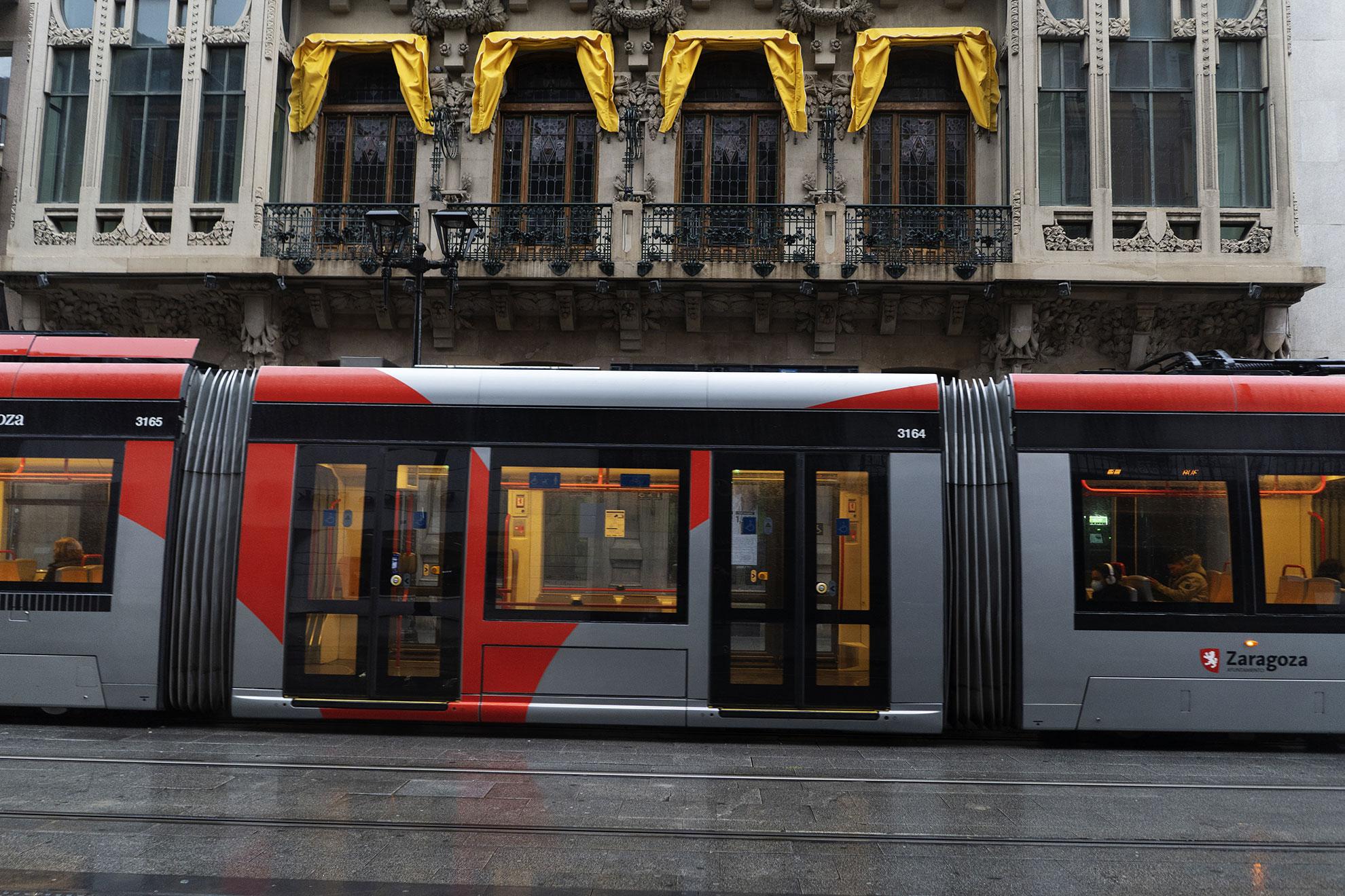 El tranvía circula casi vacio por el centro de Zaragoza desde que se decretó el estado de alarma y la gente debe permanecer confinada en sus casas.