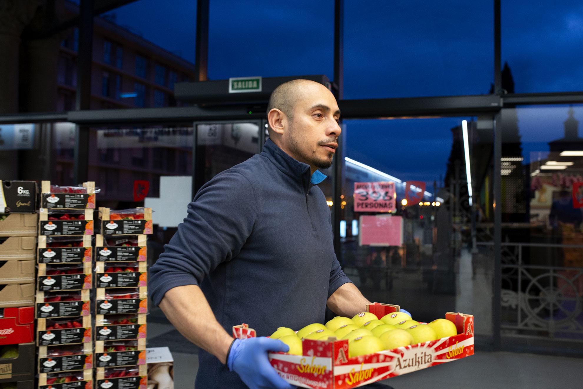 Los transportistas llegan al Mercado Central de Zaragoza de madrugada y descargan frutas y verduras para la venta al público.