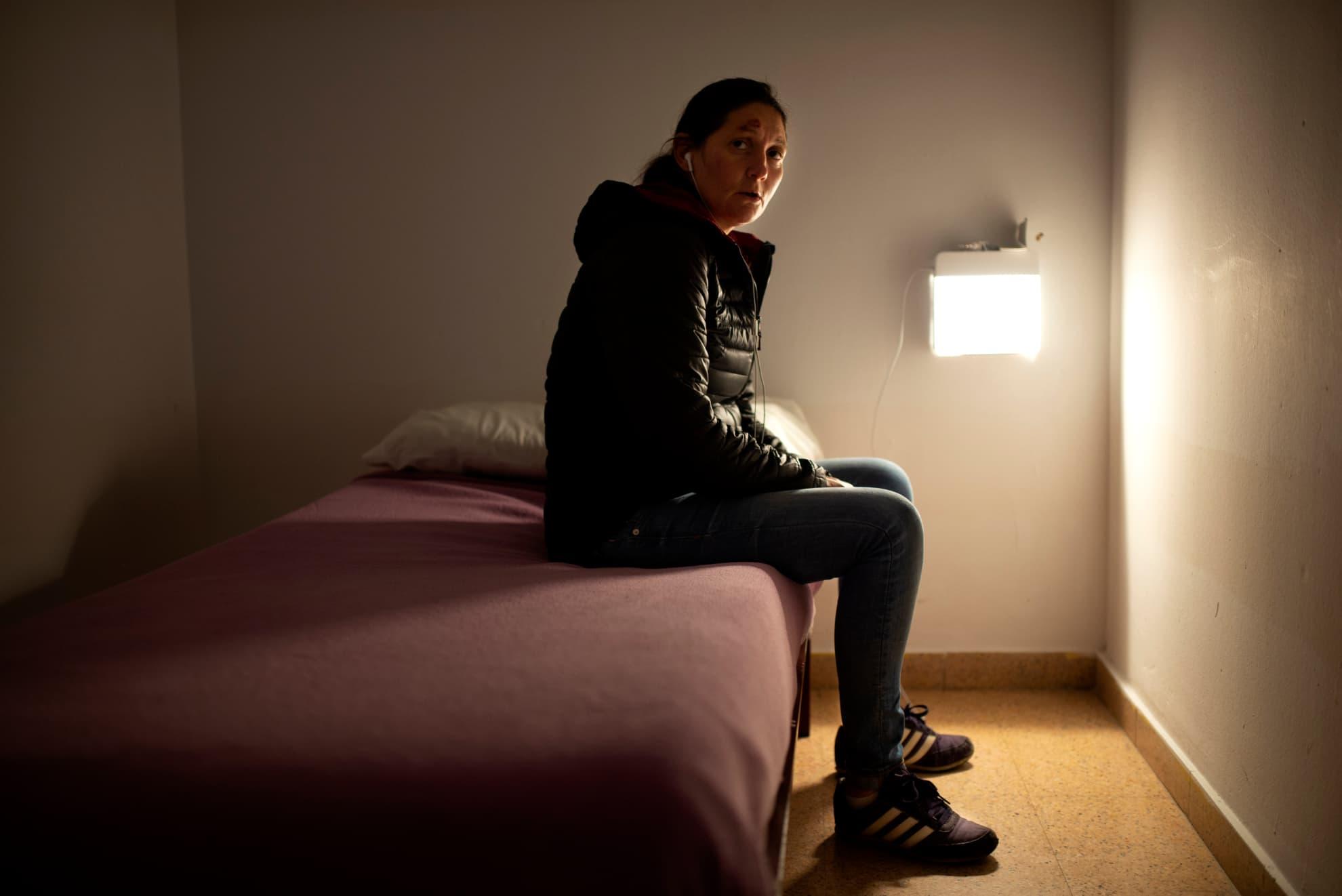 Yolanda se aloja en el Albergue municipal de transeúntes de Zaragoza. Su sencilla habitación y las salidas a un pequeño patio son el escenario de sus días en confinamiento sin poder salir a la calle.