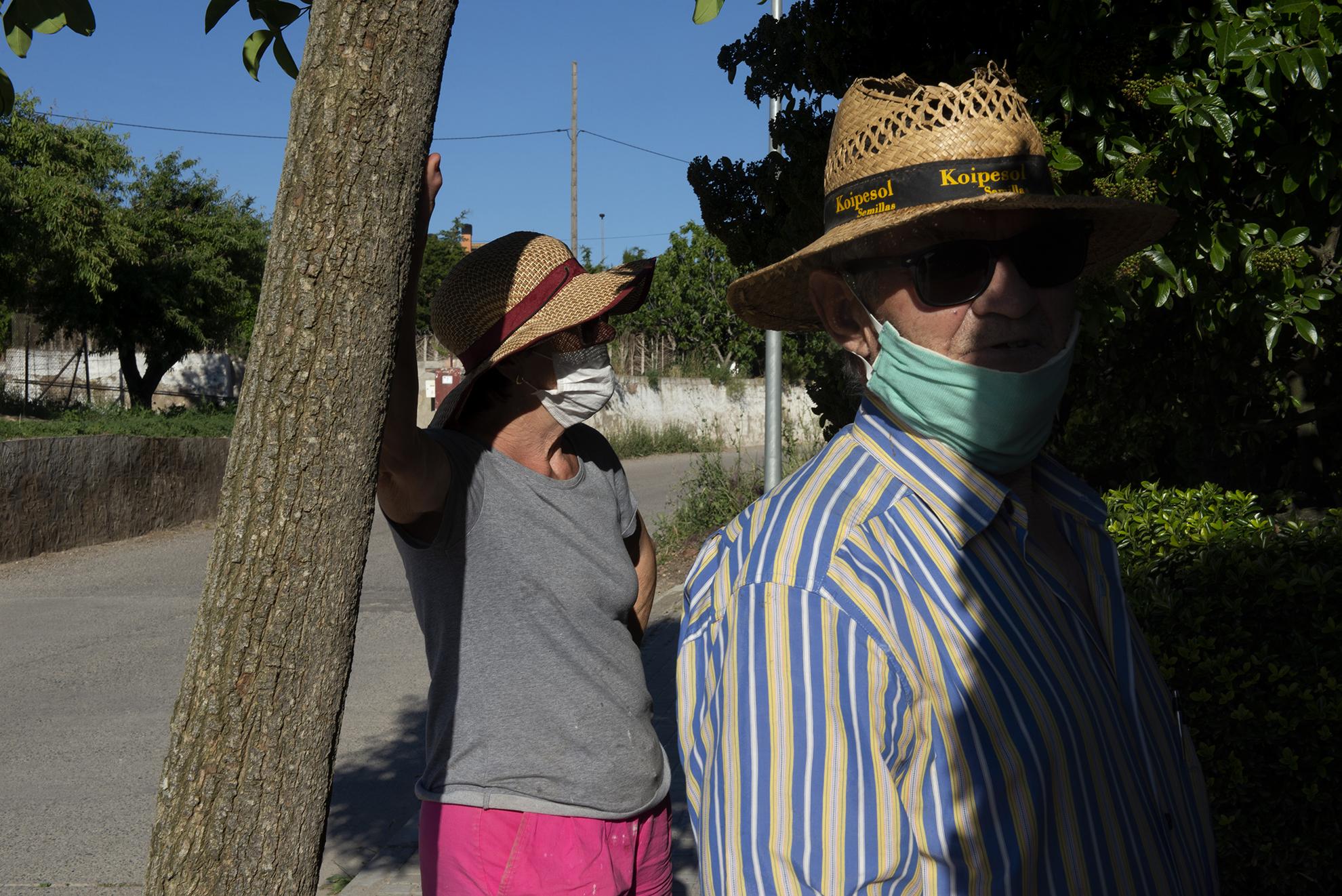 José Luis y Patro regresan a casa tras haber pasado la tarde trabajando en el huerto. Usan las mascarillas para cruzar el pueblo tal y como han recomendado las autoridades sanitarias aunque en Altorricón no hay aglomeraciones.