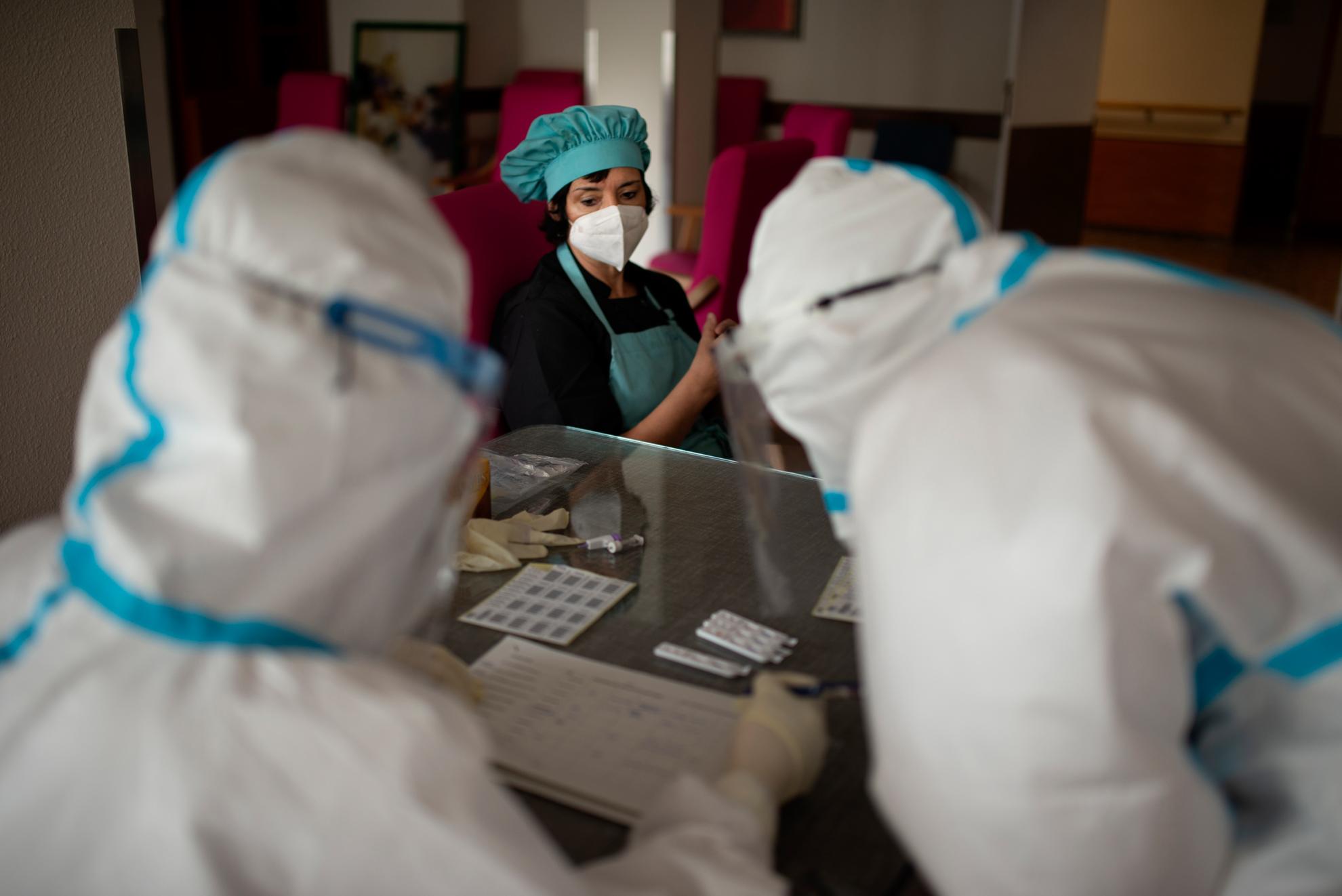 Un equipo de personal sanitario de atención primaria realiza test rápidos a las trabajadoras de una residencia de mayores. Zaragoza, Aragón.