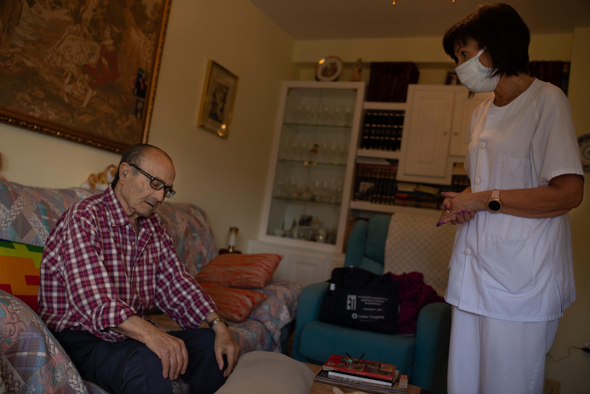 Teresa, enfermera del Centro de Salud Arrabal visita a Ángel en su ronda diaria a los domicilios de los más mayores. Desde el inicio de la pandemia han incrementado estas visitas domiciliarias para que sus pacientes de más edad no tengan que desplazarse hasta centro de salud.