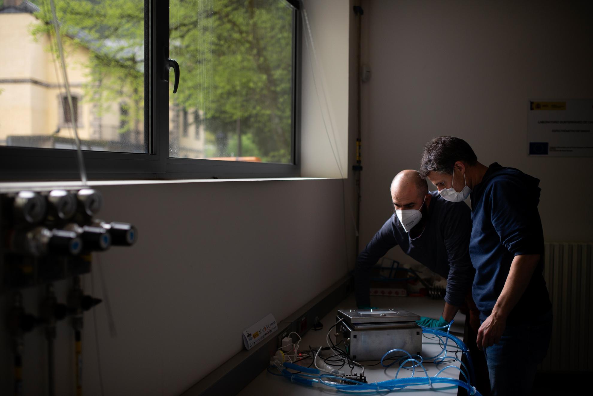 Vicente Pesudo y Alberto Bayo son físicos del Laboratorio Subterráneo de Canfranc donde habitualmente desarrollan investigaciones relativas a la búsqueda de la materia oscura en el universo. Desde hace 2 meses han aparcado sus proyectos y trabajan desarrollando una solución de fácil fabricación para resolver la escasez mundial, tanto actual como prevista, de respiradores para tratar a los pacientes con COVID-19 en UCI.