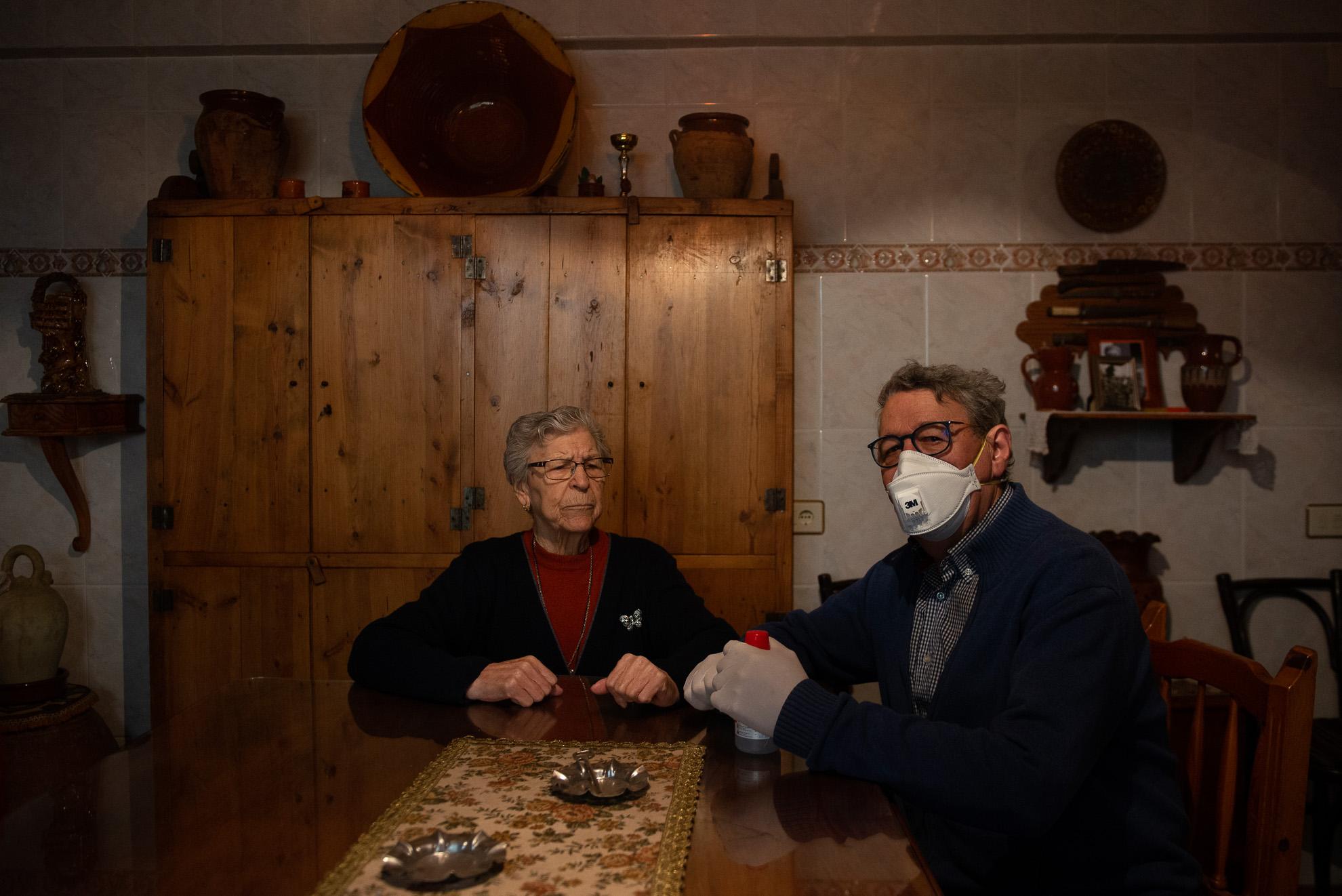 Elvira tiene 87 años y vive sola en Aguarón un pequeño municipio de la provincia de Zaragoza. Todos los días recibe la visita de su hijo y la atención domiciliaria de Humildad que trabaja en el servicio comarcal de la ayuda a domicilio. Dice que se siente muy bien atendida en estos tiempos extraños en que debe permanecer en casa para no contagiarse de covid-19.
