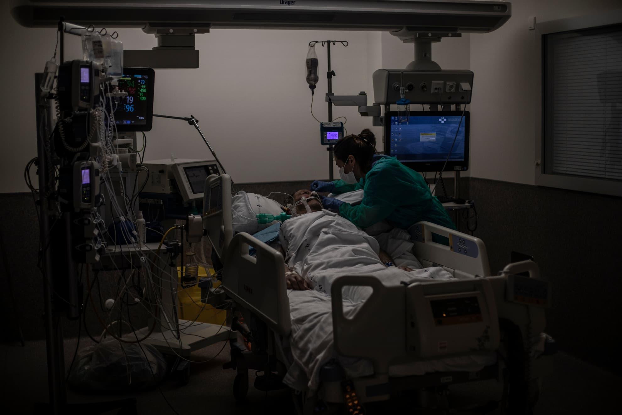 Una enfermera atiende a un paciente con COVID-19 en la Unidad de Cuidados Intensivos del Hospital Universitario Central de Asturias en Oviedo, Asturias, España.