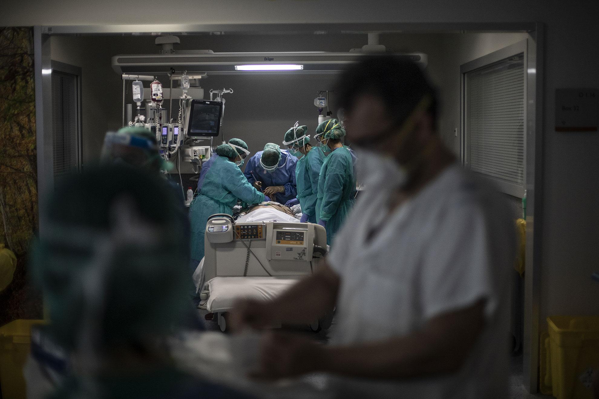 Personal médico del Hospital Central Universitario de Asturias (HUCA) interviene sobre un paciente con COVID-19 en una de las UCI especifica para Coronavirus del Hospital. Oviedo, Asturias, 15 Abril 2020.