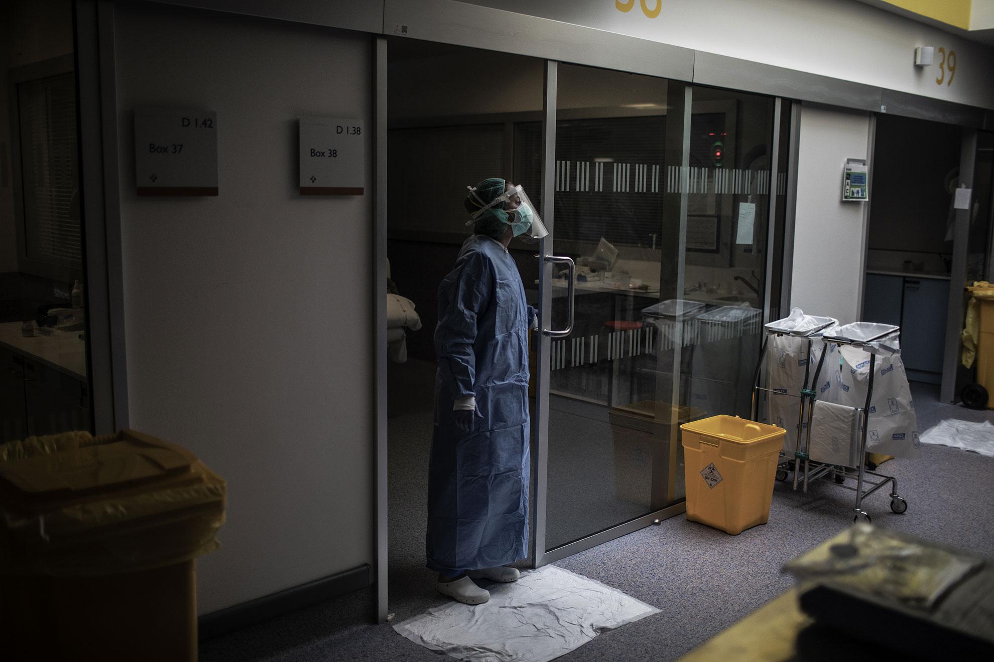 En esta foto hecha el pasado 15 de Abril. Una miembro del personal médico del HUCA (Hospital Universitario Central de Asturias) pide ayuda a sus compañeros mientras atiende a un enfermo de COVID-19 dentro de la UCI del Hospital. Oviedo, Asturias, España.