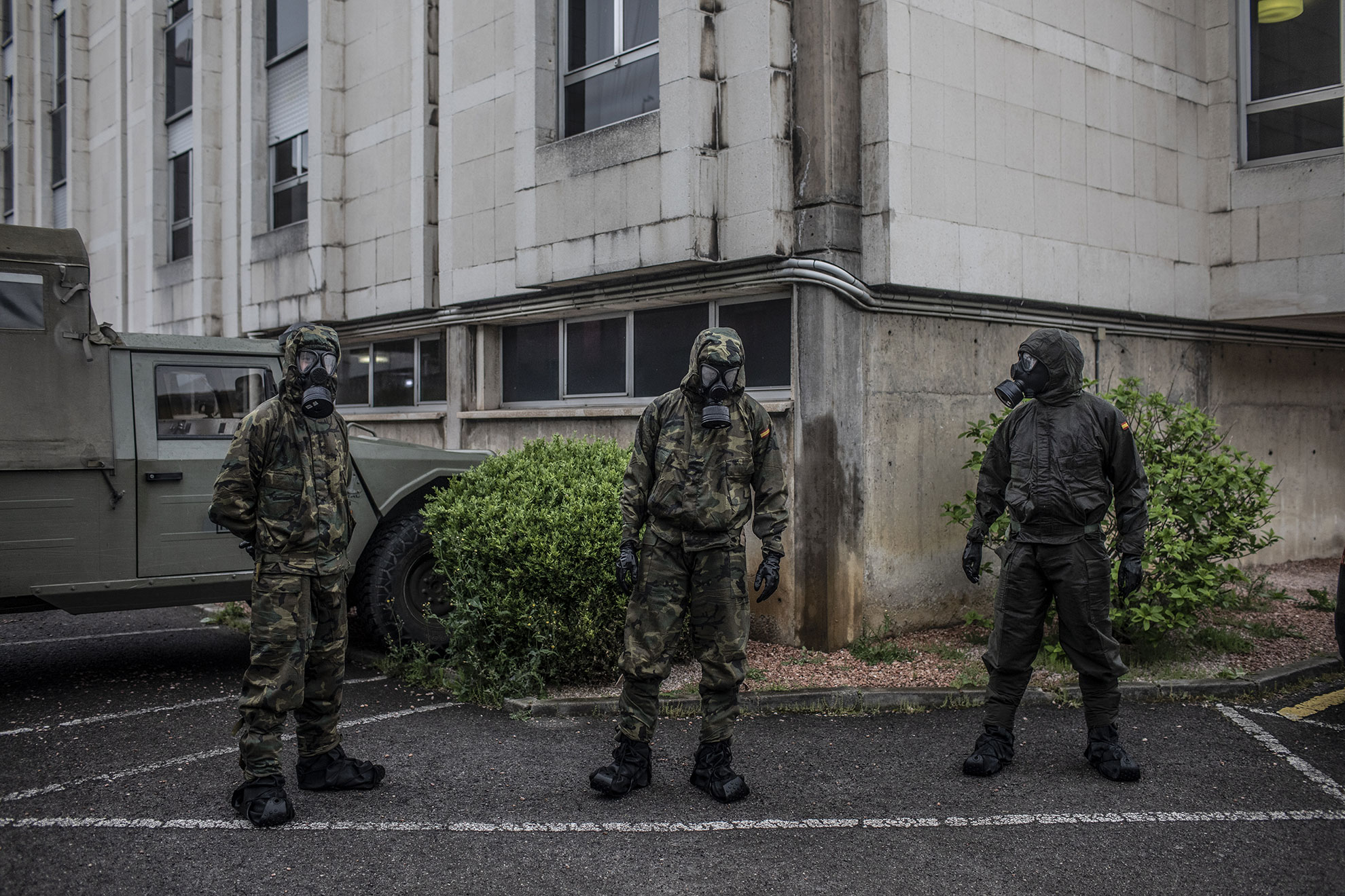 Soldados del Ejército Español esperan a secar sus trajes NBQ tras desinfectar una residencia de ancianos en Gijon, Asturias, 19, 2020.