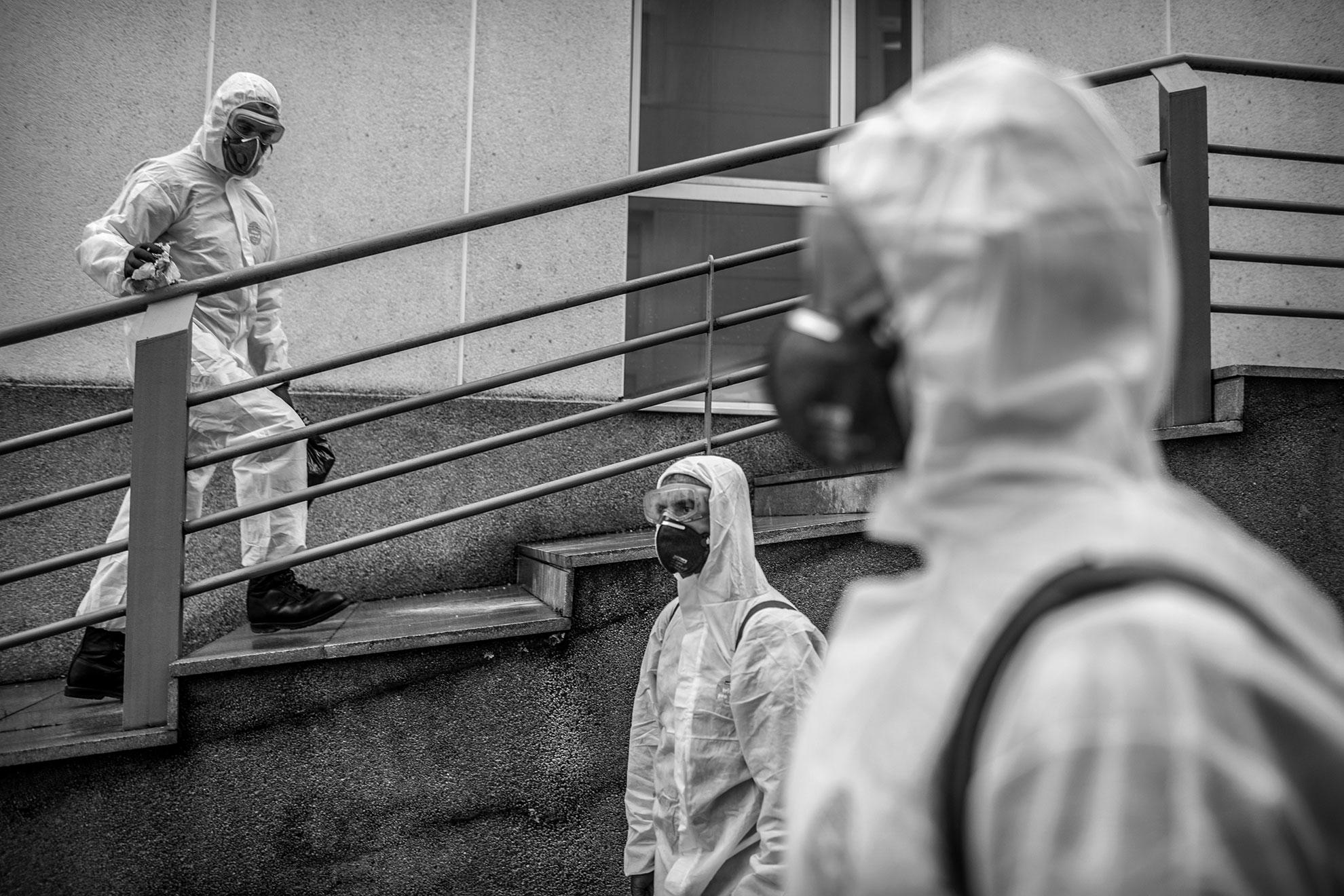 En esta foto tomada el pasado miércoles, dos miembros de la UME (Unidad Militar de Emergencias) desinfectan los alrededores del Hospital Universitario en Gijón, España.