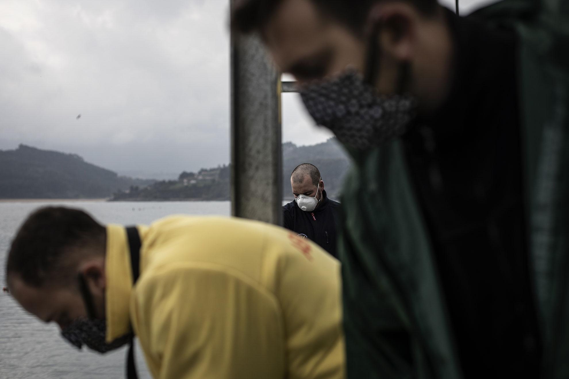 De los casi 100 barcos que trabajaron en Llastres durante la pasada campaña de la xarda (caballa), solo 30 están en activo este año debido a la crisis del COVID-19. El 70% de las capturas están destinadas al mercado extranjero, Italia mayormente, y la mercancía se acumula en las cámaras casi a revisar. Los precios bajan diariamente y la industria pesquera teme al futuro más cercano. En la imagen: Trabajadores de la Lonja maniobran una grua para la descarga de las capturas de caballa de un pesquero en Llastres, Asturias, España.