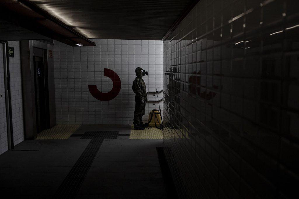 El vacío, el silencio moviéndose en los edificios de hormigón… Apocalipsis grosero y frío. A veces siento que estoy fotografiando una película de ciencia ficción ¿Qué cojones es esto? Un soldado del ejercito español espera por un compañero para intercambiar el fumigador mientras desinfectan la estación de Cercanías de Lugones, Asturias, España.