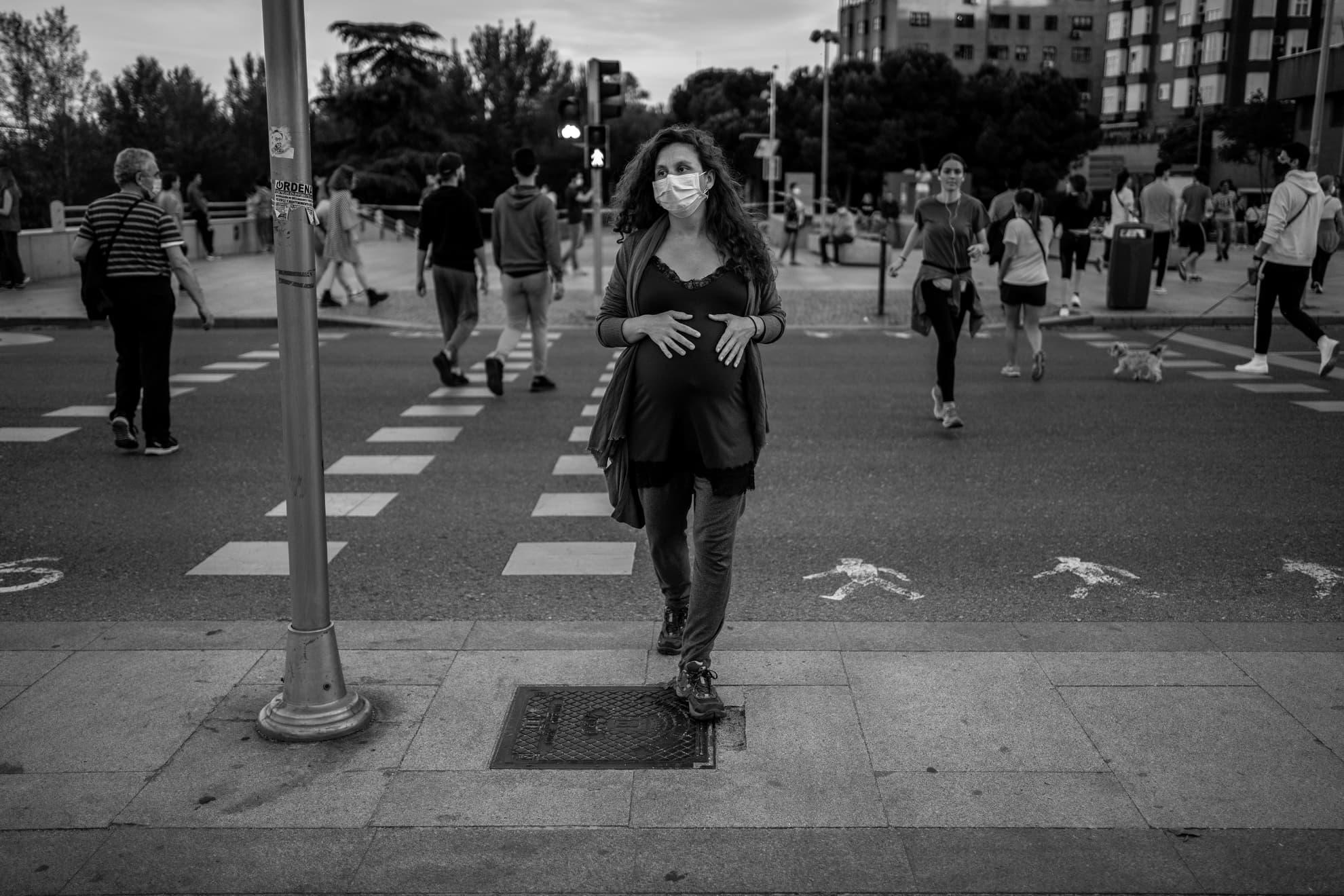 Flotar entre ficción y realidad fue la sensación que tuve durante el primer paseo de la desescalada. Fuimos muchas las que salimos a la calle en un atardecer con aire veraniego. Intuía más de una sonrisa detrás de las mascarillas. Parejas de la mano paseando cruzando el río y algunos más solitarios compartían el momento por videollamada. Reconozco que, después de tantos días de encierro, abrumaba cruzarse con tanta gente. Sin duda, lo más comentado en Madrid es la petición de la ciudadanía de la apertura de parques o zonas de verdes de paseo para que este ratito del día sea seguro y no nos dé ningún susto.