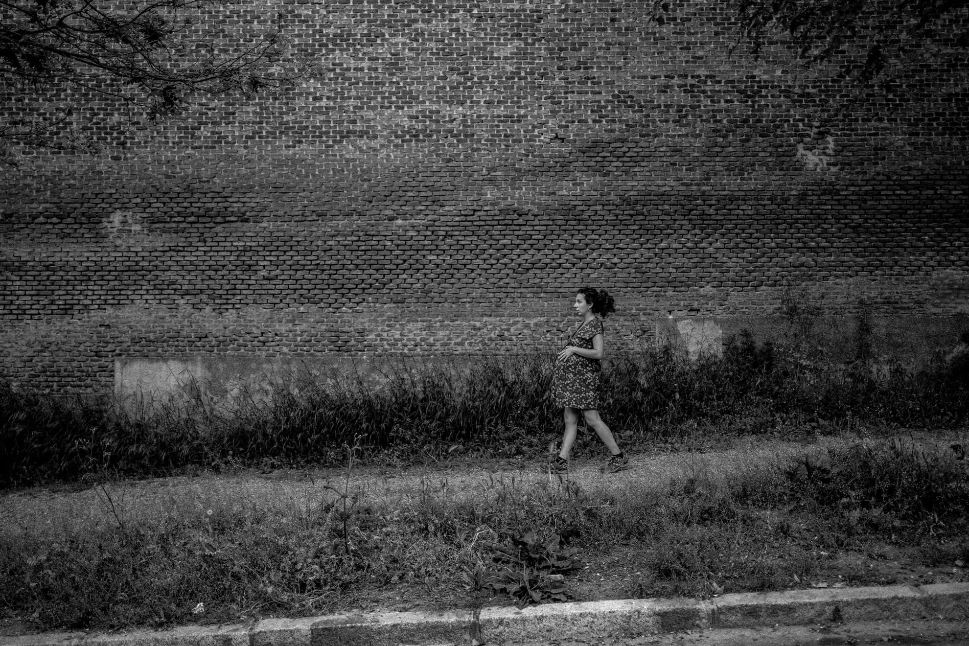 Volvimos a pasear por segundo atardecer consecutivo. Esta vez buscamos una ruta nueva por el barrio, alguna alternativa menos transitada. Sin embargo, el cierre de parques y zonas verdes en Madrid no lo pone fácil. Las aceras no dan más de sí y en varios momentos no hay otra alternativa que caminar por la calzada. Al final, rodeando la tapia del cementerio de San Isidro, en un camino de gravilla, conseguí dar en soledad mis cortos y pesados pasos mientras acaricio mi ya pesado vientre. Ojalá los paseos con Iria sean lejos del asfalto.