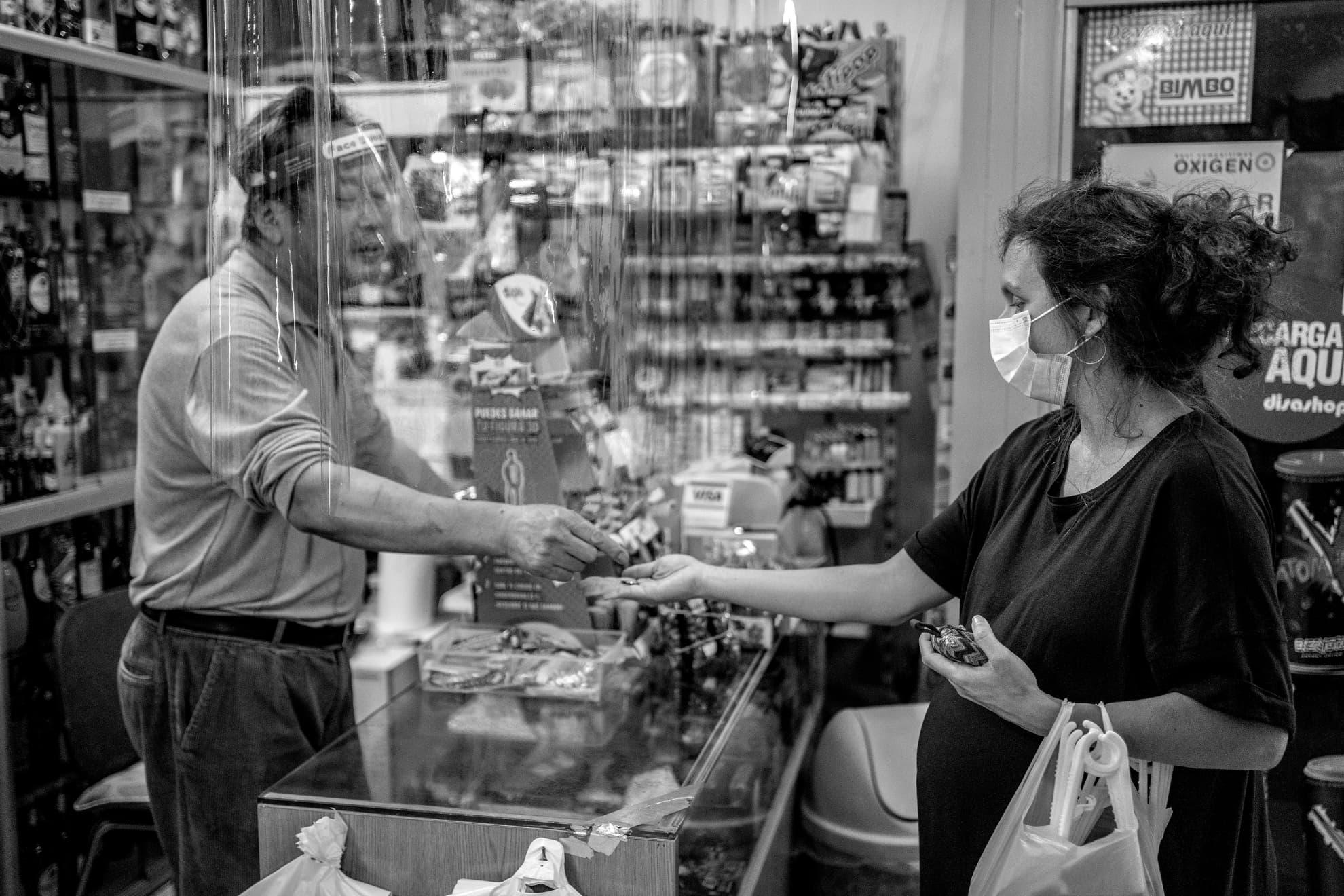 Gran parte de la comunidad china en España empezó el confinamiento antes de que se decretara el estado de alarma. Algunos niños dejaron las aulas antes de que se cerraran las escuelas y la mayoría de los negocios echaron el cierre. Eso fue lo que hicieron Ai -o Luis, como se identifica en español- y su mujer, Mónica. Sin embargo, después de casi dos meses, volvieron a abrir hace unos días su negocio de alimentación y bazar en nuestro barrio. Intuyo que las dificultades económicas fueron una razón de peso para su reapertura. Se alegraron de vernos -y nosotros también-. Por cierto, ¡después de semanas de búsqueda... conseguí una caja de levadura!