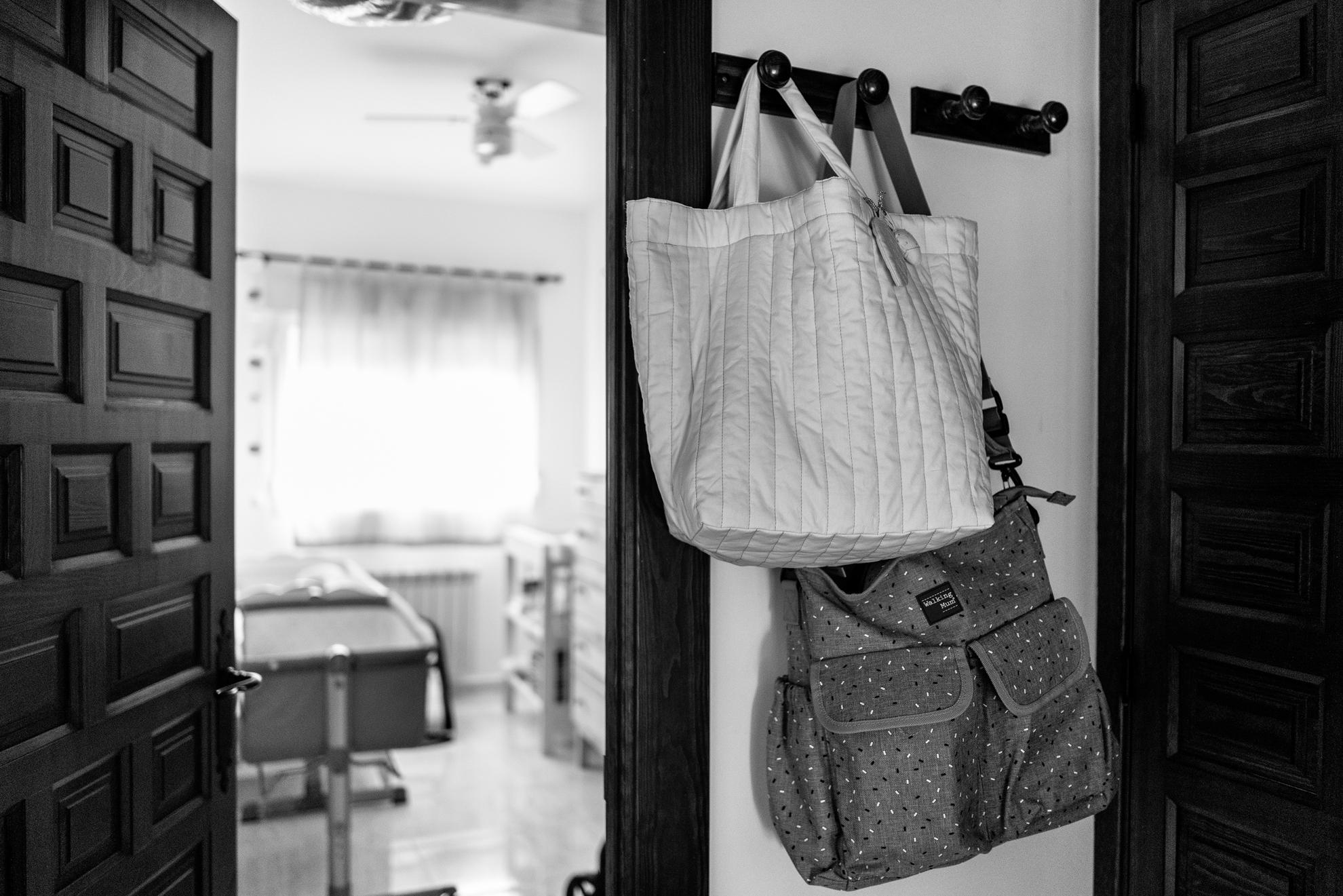 Desde ayer por la noche, en la percha de la entrada de casa cuelgan dos bolsas que son una suerte de equipaje para cuando llegue el momento de ir al hospital. No sabemos cuándo será, pero cada vez estamos más cerca. Ha empezado la cuenta atrás.