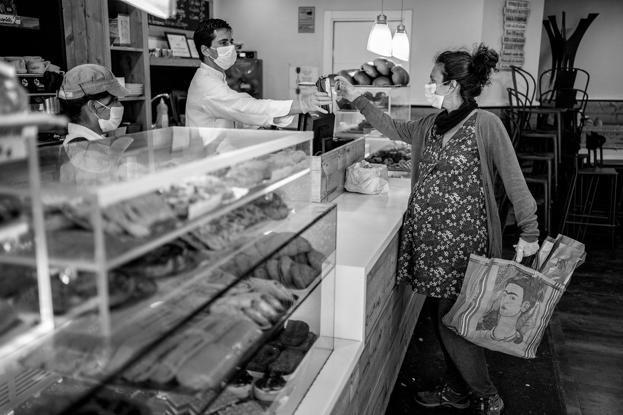 """En ciudades grandes como Madrid, llamamos """"hacer barrio"""" a ese gusto por vivir la cotidianeidad con la cercanía de los pueblos, a pesar de las prisas o las distancias de las urbes. Algo que siempre me ha encantado. Estos días lo echo de menos, más allá de la hora del aplauso en la que de vez en cuando arañamos unos minutos para charlar desde nuestras ventanas, solo por el gusto de hablar un rato, como en las mejores sobremesas. El sábado, después de semanas sin salir a la calle, bajé a la panadería donde me conocen por mi nombre, saben cómo tomo el café, el pan que me gusta y han visto la evolución de mi embarazo siempre con palabras de cariño. Nos alegramos de vernos. Hicimos barrio."""