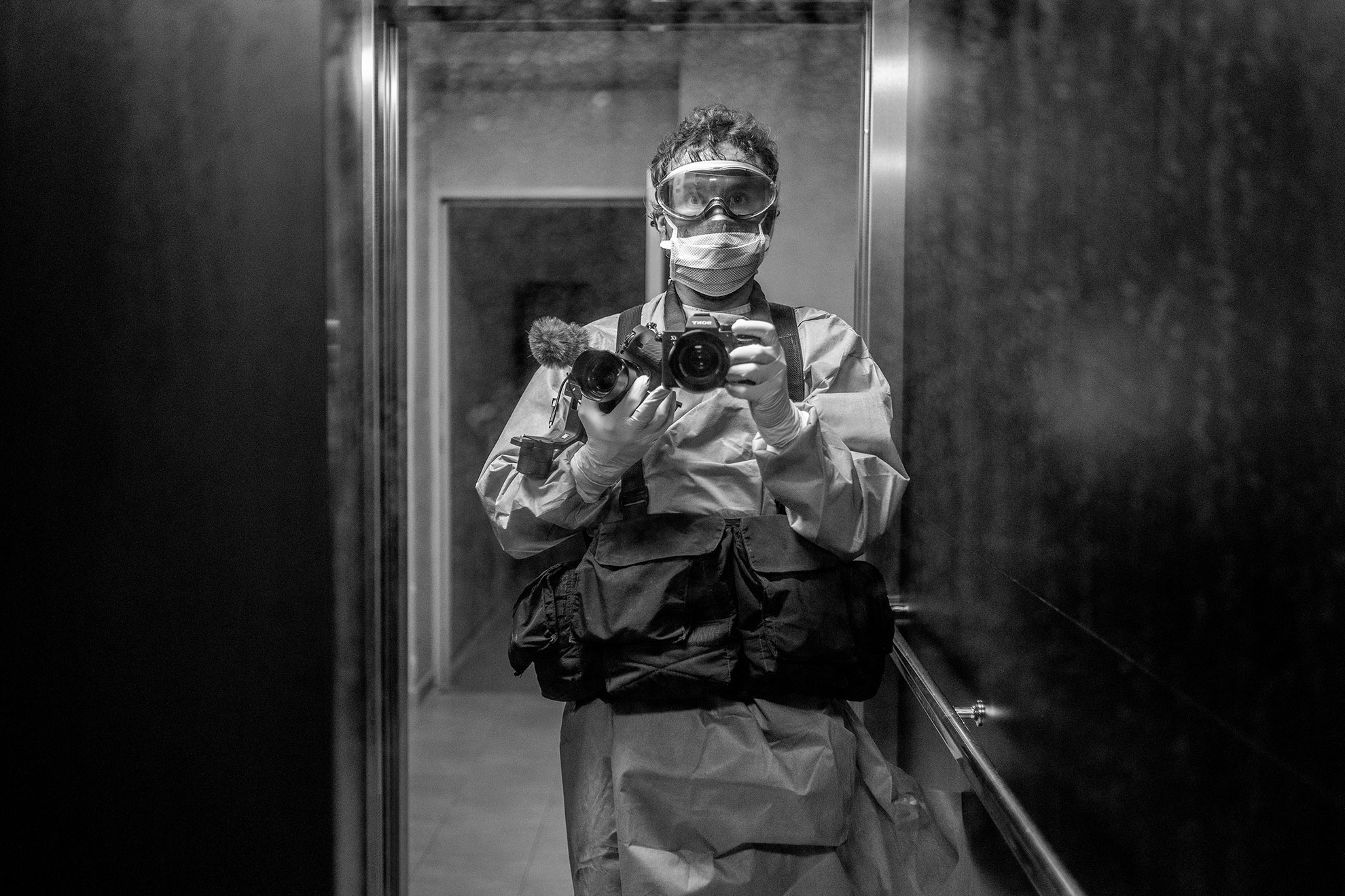 """Ayer mi compañero trabajó documentando la desinfección y reorganización de una residencia de ancianos, uno de los epicentros de esta pandemia, de donde salen las cifras mortales más elevadas que tanto nos indignan. Sin embargo, ya empiezan a salir a la luz las acciones cobardes y de odio -como la pintada en el coche de una ginecóloga en la que podía leerse """"rata infecta""""-, contra quienes ponen el cuerpo para parar el virus, cuidar a quienes lo sufren o proteger a quienes nos zafamos. Por otro lado, hay quienes los llaman """"héroes o heroínas"""". Yo me resisto a hacerlo, detesto ese término que alude a lo divino, cuando se trata de algo tan terrenal y humano como cuidarnos unos a otros. Prefiero brindarles mi apoyo y confianza. Al regresar por la noche, con la marca de las gafas de protección en la cara y más de 500 km recorridos, Olmo no fue recibido ni como un apestado ni como un héroe. Después de ducharse y hacer el protocolo habitual de desinfección que tenemos en casa, me contó con respeto todo lo que presenció y captó con su cámara. Así es el periodismo, otra profesión en primera línea de esta pandemia."""