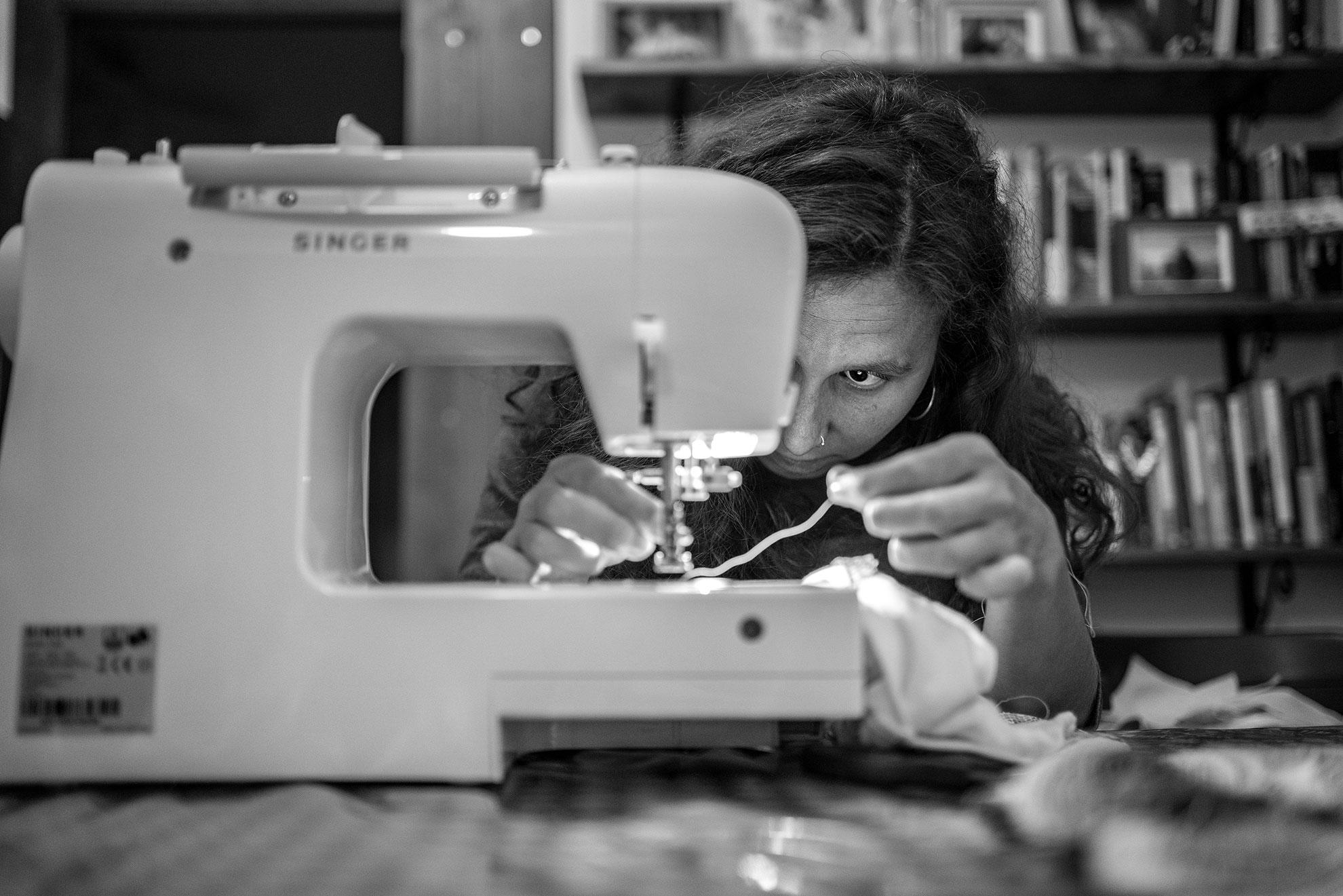 Por primera vez -sin ayuda de nadie- usé la máquina de coser, hasta ahora relegada en un armario. Quería personalizar uno de los bodis de Iria con una tela preciosa que Olmo me trajo de Níger hace unos meses. La verdad es que fue todo un reto, lo mío sigue siendo coser a mano. Fue un cóctel de frustración, mil intentos de ensayo-prueba-error, pero también de ilusión y amor que genera hacer algo con tus propias manos para alguien a quien quieres. He de decir que al final me quedé satisfecha con el resultado. No quedó perfecto, pero de pronto me parecieron preciosas las puntadas imperfectas que dejan rastro del aprendizaje. Y vi reflejada en esta hazaña una buena metáfora del desafío que me espera: la crianza.