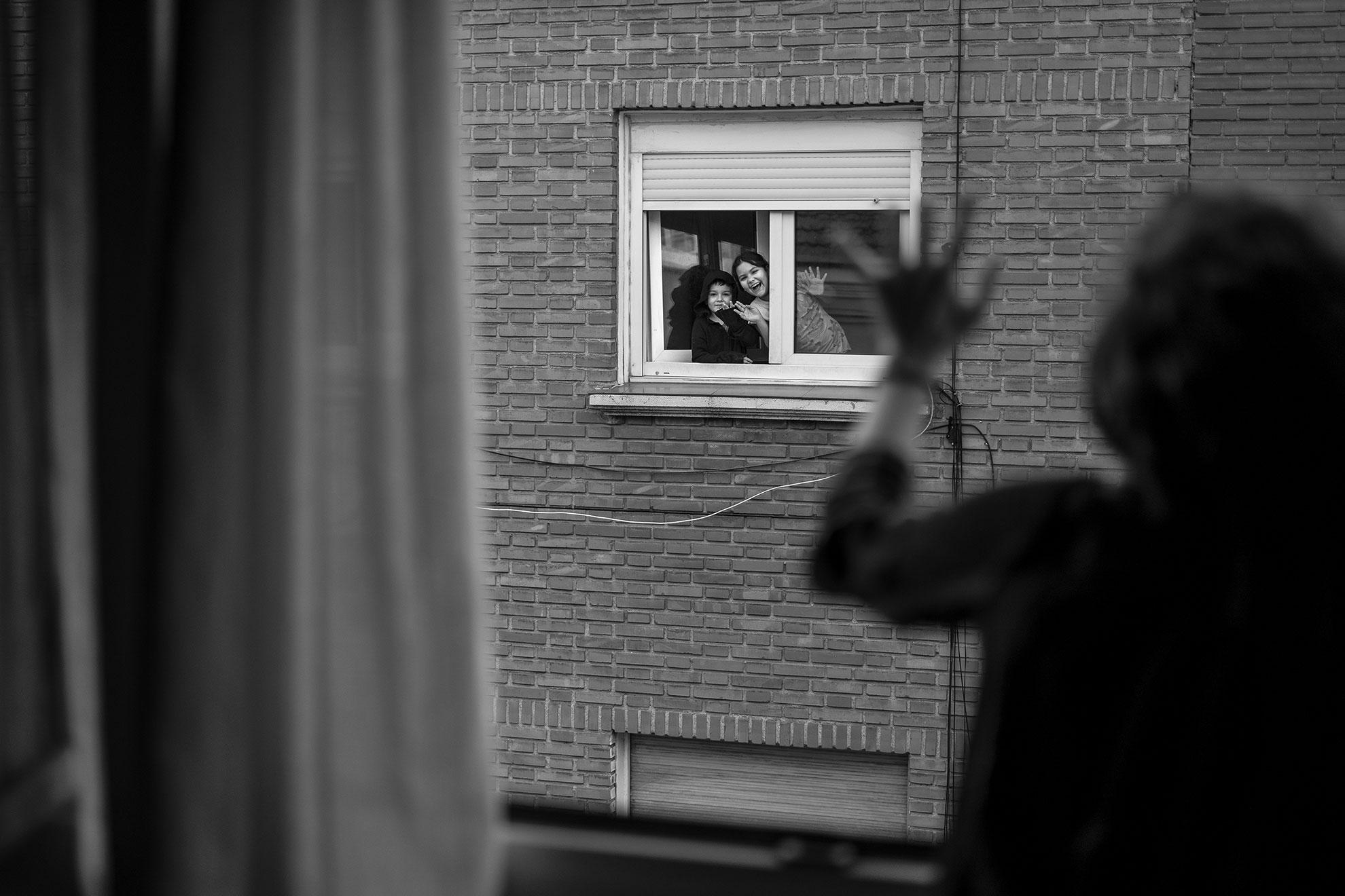 Ares y Amaia son mis vecinos de enfrente, cada día nos saludamos desde nuestras ventanas a las ocho de la tarde. Son los primeros en salir a aplaudir, un acontecimiento que no se han perdido ni un solo día, igual que no han pisado la calle en estos más de 40 días de confinamiento. Pero ayer celebraban a los cuatro vientos y con la dulzura especial de los niños que guardan ilusión, que a partir del 27 de abril ya tendrán permitido salir a la calle con ciertas restricciones. Ares, de seis años, también dice que va contando los días que faltan para que pueda bajar a la calle. Imagina con su hermana, de unos 10 años, cómo será ese día. Saben que no podrán ir a los parques porque están precintados y que serán salidas cortas, pero ella dice que se conforma con bajar y subir nuestra calle en patines. Seguro que serán más responsables que muchos adultos. Mi aplauso también va para ellos.