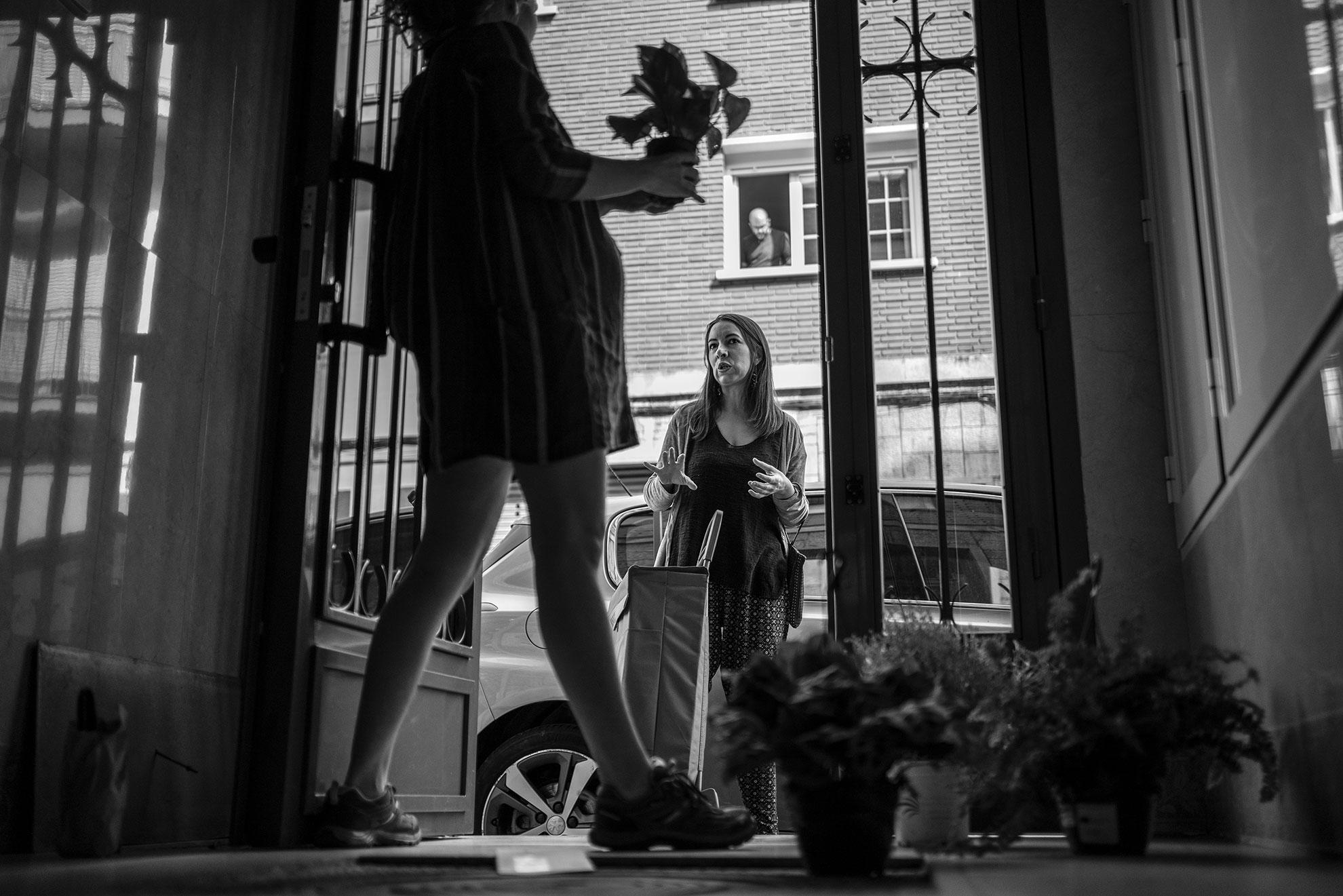 Alguna mañana, Sara -amiga, vecina y compañera de profesión- me ha sorprendido llamando al timbre para dejarme algún detalle. La compra de 6kg de tomate para hacer mi ya famosa salsa, unas croquetas deliciosas de queso feta y calabaza o hilo y alfileres para poder hacer mis experimentos de costura. Lo último han sido unas plantas para llenar la casa de primavera y hacer más acogedora la bienvenida a Iria. Gracias, querida.