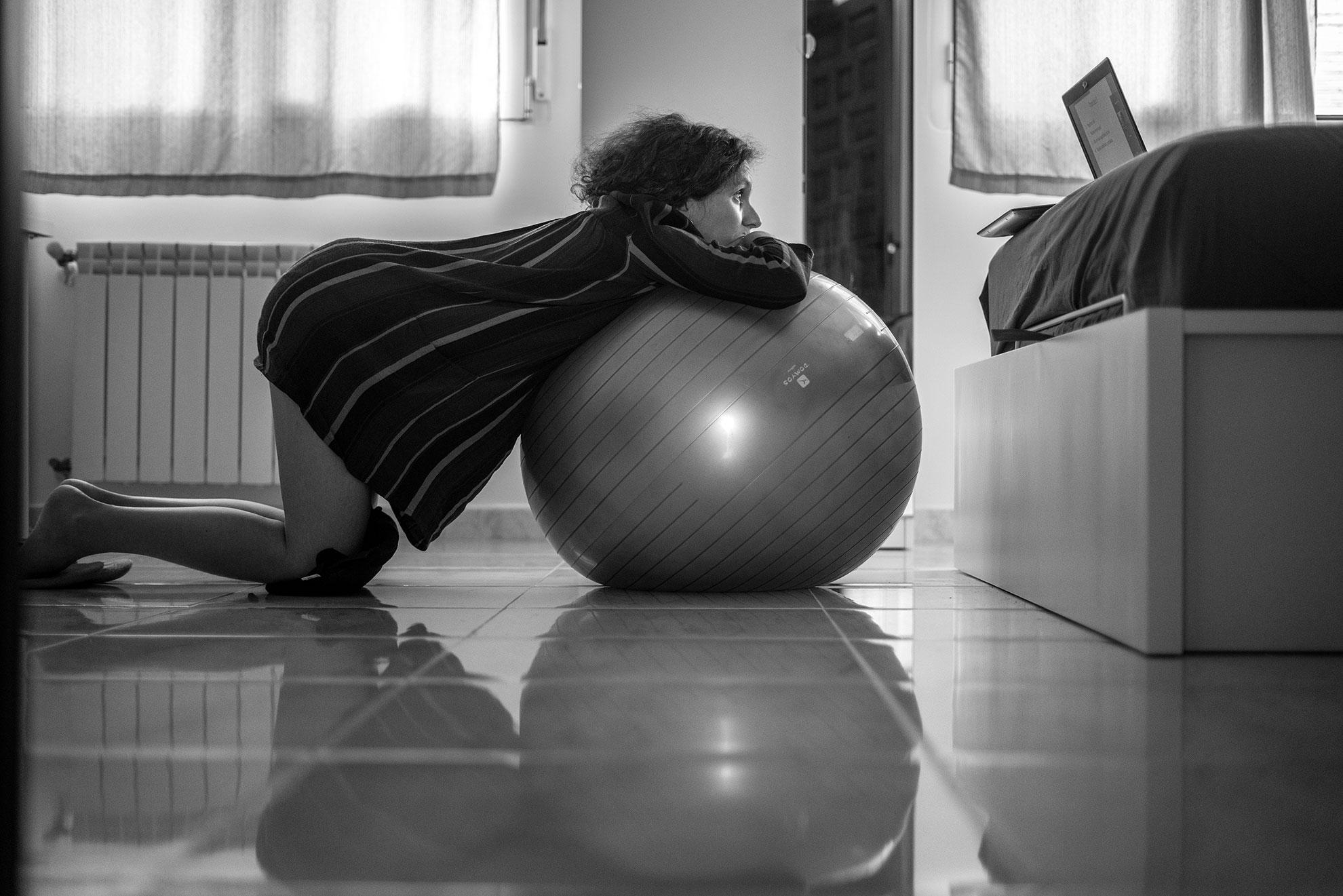 """Desde mi habitación, mientras hacía ejercicios con la pelota, escuchaba atenta la clase online de la matrona sobre lo que nos depara el posparto. Hablamos de """"entuertos"""", """"loquios"""", """"desgarros"""", pero también de la cuarentena después de dar a luz y la importancia de los cuidados en esos momentos. Sara, la matrona, se explaya con dulzura y se esfuerza en plantearnos el escenario más amplio posible y desmitificar la idea de las madres de cuerpos perfectos nada más parir. También nos explica los protocolos habituales, como por ejemplo el tiempo de estancia en el hospital o las visitas. Dos aspectos que han cambiado radicalmente en estos momentos de pandemia. Estaremos lo menos posible ingresadas y todavía es una incógnita el tiempo que ha de pasar hasta que veamos a nuestros seres queridos una vez que nazca la niña. Reconozco que esto último me da un pellizquito por dentro."""