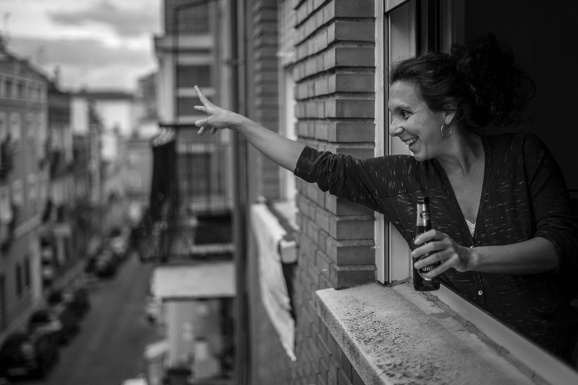 El viernes, en la sobremesa del aplauso -como me gusta llamar a ese ratito que estiramos para charlar un poco desde nuestras ventanas, aunque sea del tiempo- notamos que los ánimos estaban flaqueando. Además, la música y ambiente festivo que sale de una terraza más abajo de la calle, no nos llega. Por eso planeamos que el sábado después de aplaudir, bailaríamos y brindaríamos desde nuestras ventanas. Eso hicimos. Esther y Javi, mis vecinos de enfrente se encargaron de poner música a esta particular verbena confinada. El tamaño de mi barriga cada vez me dificulta más asomarme por la ventana para ver a los vecinos, pero alcancé ver a una señora mayor aplaudiendo siguiendo la música y pude unirme al coro vecinal a ritmo de Muchachito Bombo Infierno o Los Chichos. ¡Qué nos quiten lo bailao!