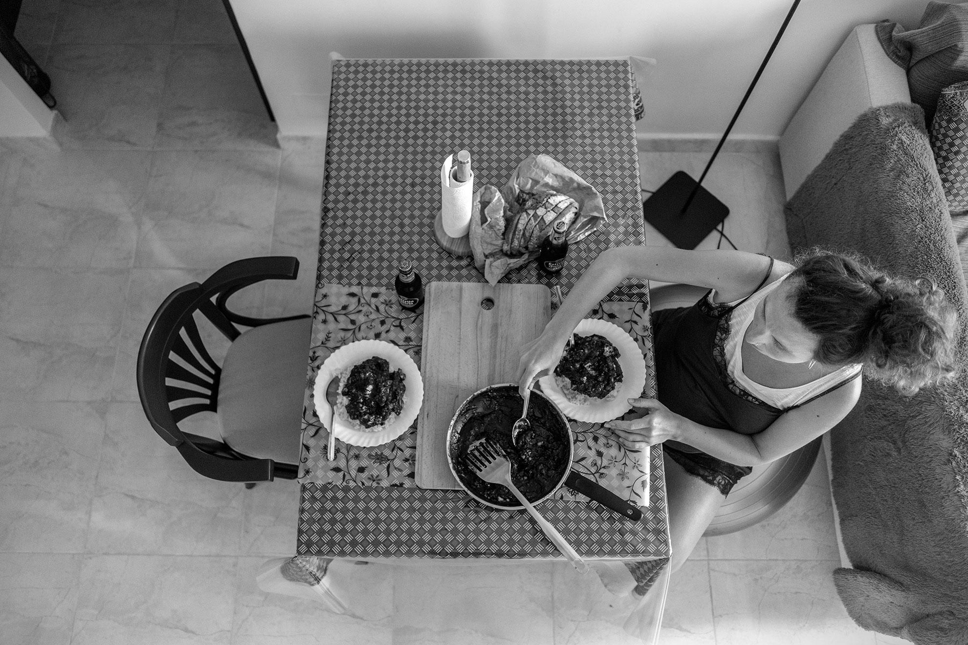 Algo positivo que saco del confinamiento es el propio cambio de ritmo de nuestras vidas. Una velocidad más pausada que, imagino, en ciudades frenéticas como Madrid, el cambio es más notorio. Y te ves un lunes cualquiera preparando una comida más especial o laboriosa, acompañada por su correspondiente sobremesa y cabezadita en el sofá. No perdamos las buenas costumbres.