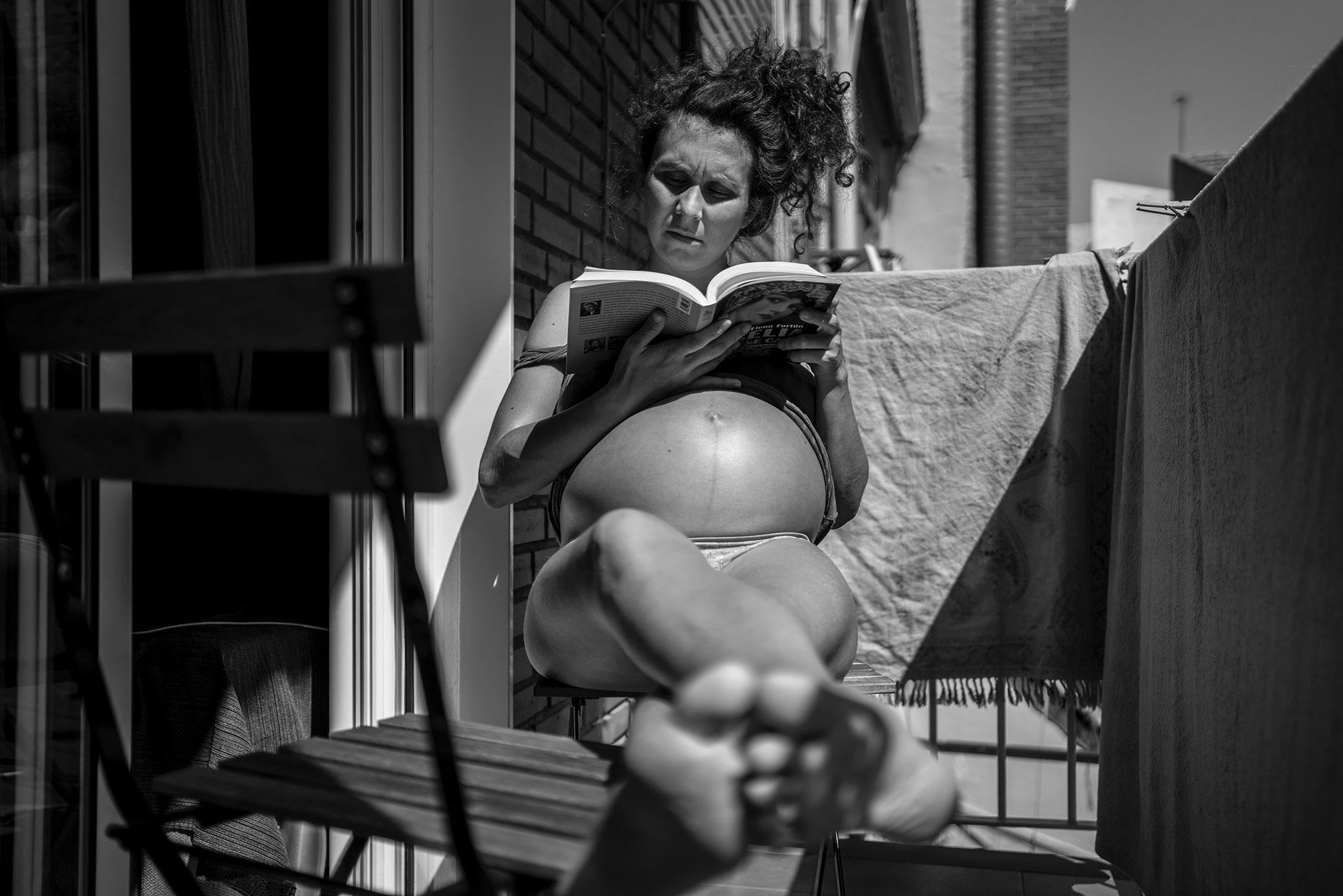 Por fin la concentración me dio tregua y conseguí zambullirme entre las páginas de un libro. Al sol, me adentré en uno de los relatos de Elena Fortún y su personaje estrella: Celia. Aquella niña burguesa de la República, que fue creciendo en mitad de la guerra, el exilio y la posguerra. Una autobiografía camuflada en relato infantil, encriptada para adultos. Elena y Celia, me llevan a pensar en la vida de otras mujeres que nacieron o vivieron alguno de esos momentos, que han sido el sustento de varias generaciones y que ahora este virus quiere arrasar, pero no lo vamos a consentir. Pienso en Ela, 'yayoflauta' de Madrid, juzgada por defender a unos chicos 'manteros'; y que ayer pasó su 79 cumpleaños en casa aislada pero no sola, porque fuimos muchas las que le mandamos nuestro cariño en un vídeo. Pienso en Manoli, una de las 'madres contra la droga' -otra pandemia que arrasó en los 80 y 90 en barrios obreros como Vallecas-, que sigue infatigable al pie del cañón. A ella y a Asun las echo de menos en la Parroquia de San Carlos Borromeo, ese refugio de cuidados, lucha y resistencia, que tantas compartimos. Pienso en mi abuela Rosa, en su humor como antídoto para superar batallas vitales que ella guarda con toda la humildad pero que son ejemplo de resistencia viva. Y cómo no vamos a cuidar de ellas. Porque fueron somos, porque somos serán.