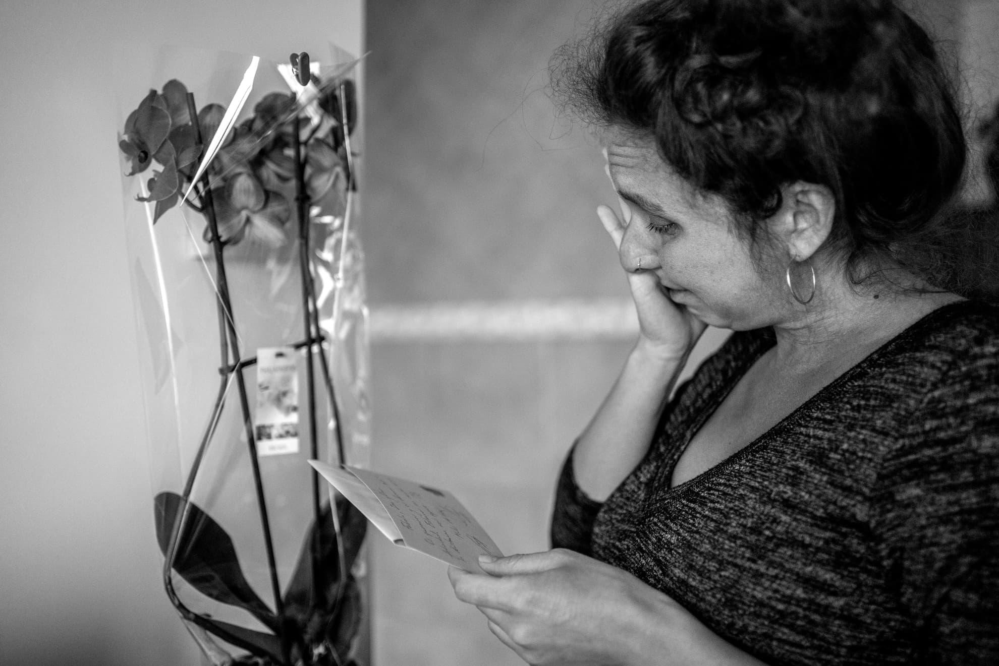 """""""Fabiola, Iria y Olmo: Os queremos y os deseamos toda la felicidad. Estamos con vosotros, aunque la distancia nos separe"""". Nos llegan abrazos transformados en orquídeas y cartas. No se funden en cuerpos, sino en lágrimas de amor. Los afectos no entienden de pandemias."""