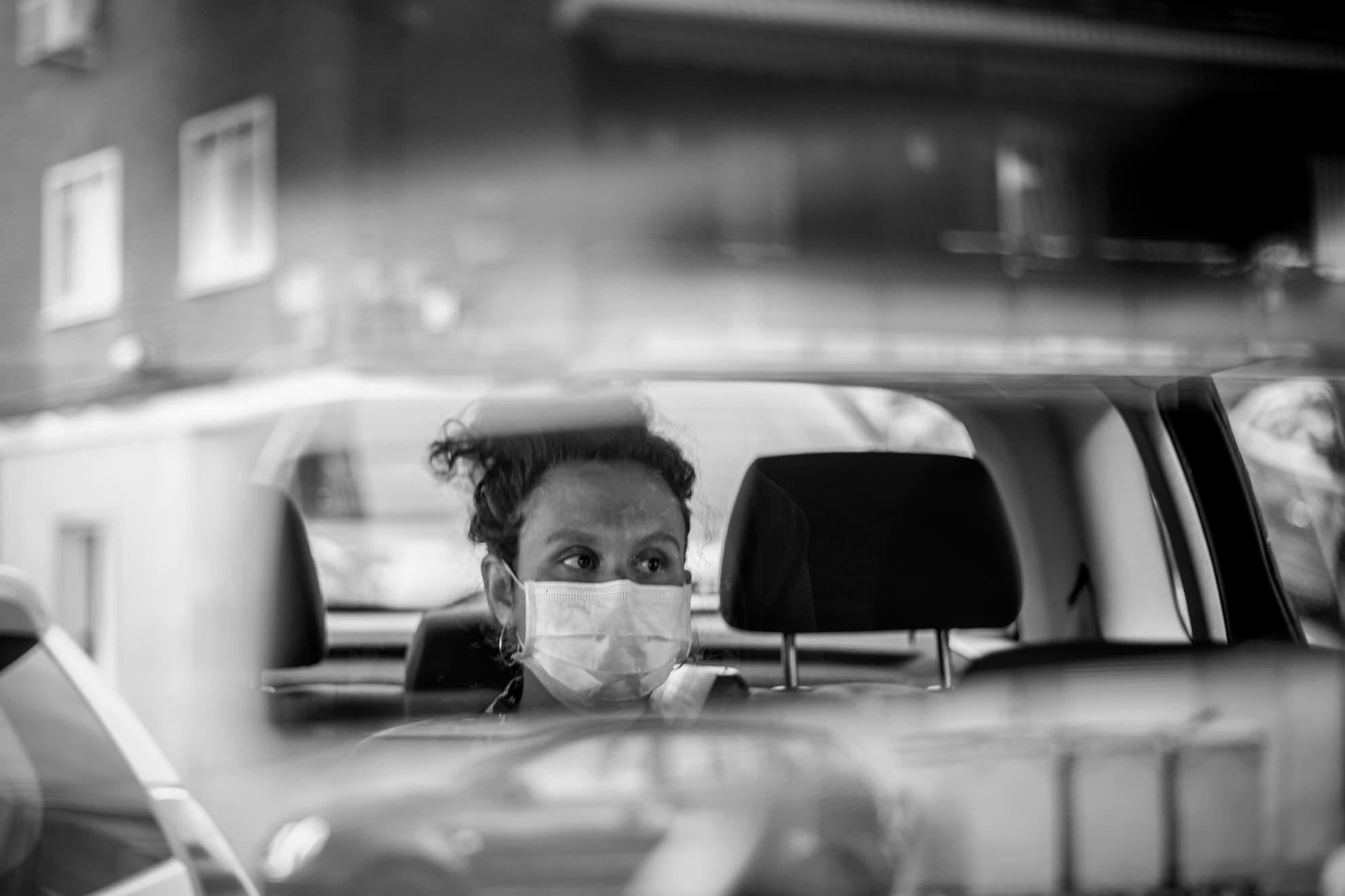 """El trayecto de casa al hospital se ha convertido en una experiencia casi mística. Un viaje en coche que cruza algunas calles del corazón de Madrid, ahora desiertas. Sin embargo, he de decir que, en esta ocasión, respecto a la última hace dos semanas, he notado algo diferente. Desde la ventanilla el paisaje era menos fantasmagórico y el ruido parecía cobrar más protagonismo que el silencio. Espero -y deseo- que la prudencia y la responsabilidad ciudadana nos acompañe en esta nueva etapa de fuego que llaman """"desescalada""""."""