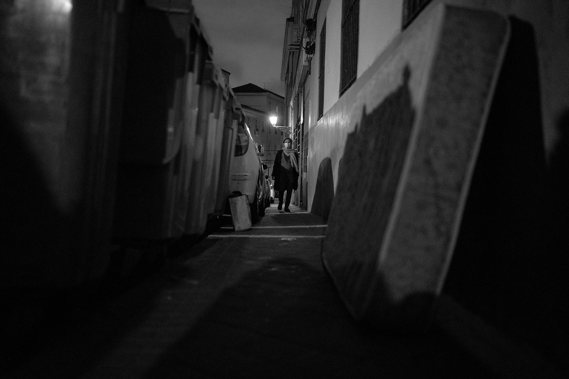 La 'nueva normalidad' arrastra fantasmas del pasado. En mi barrio, por ejemplo, la basura en las calles no desaparece y los coches siguen aparcados invadiendo las aceras, bloqueando incluso el acceso a algunas casas. Al volver del paseo nocturno pienso en este recorrido dentro de unos días, cuando Iria haya nacido y sortear todos estos obstáculos con el carrito sea aún más difícil. Me apena que, como sociedad, sigamos siendo incapaces de cuidar los espacios públicos, ni siquiera en tiempos de coronavirus.