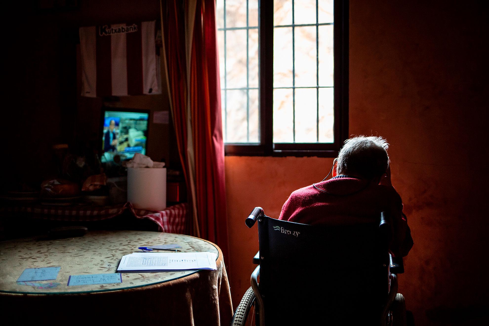 """Hoy vuelvo a visitar al abuelo José en su casa de Sevilla. Van pesando en el ánimo los días largos de reclusión, de pasar mucho tiempo sólo. De las peores cosas que esta pandemia provoca, son la soledad y aislamiento de los mayores. José continúa con la rutina diaria. Acaba de terminar su sopa de letras, donde la primera palabra que encontró fue """"Esperanza"""". De fondo la televisión encendida hablando del COVID19. Nefastas noticias con récord hoy de contagios y muertes en España. El tiempo que no pasa, pero que pasa."""