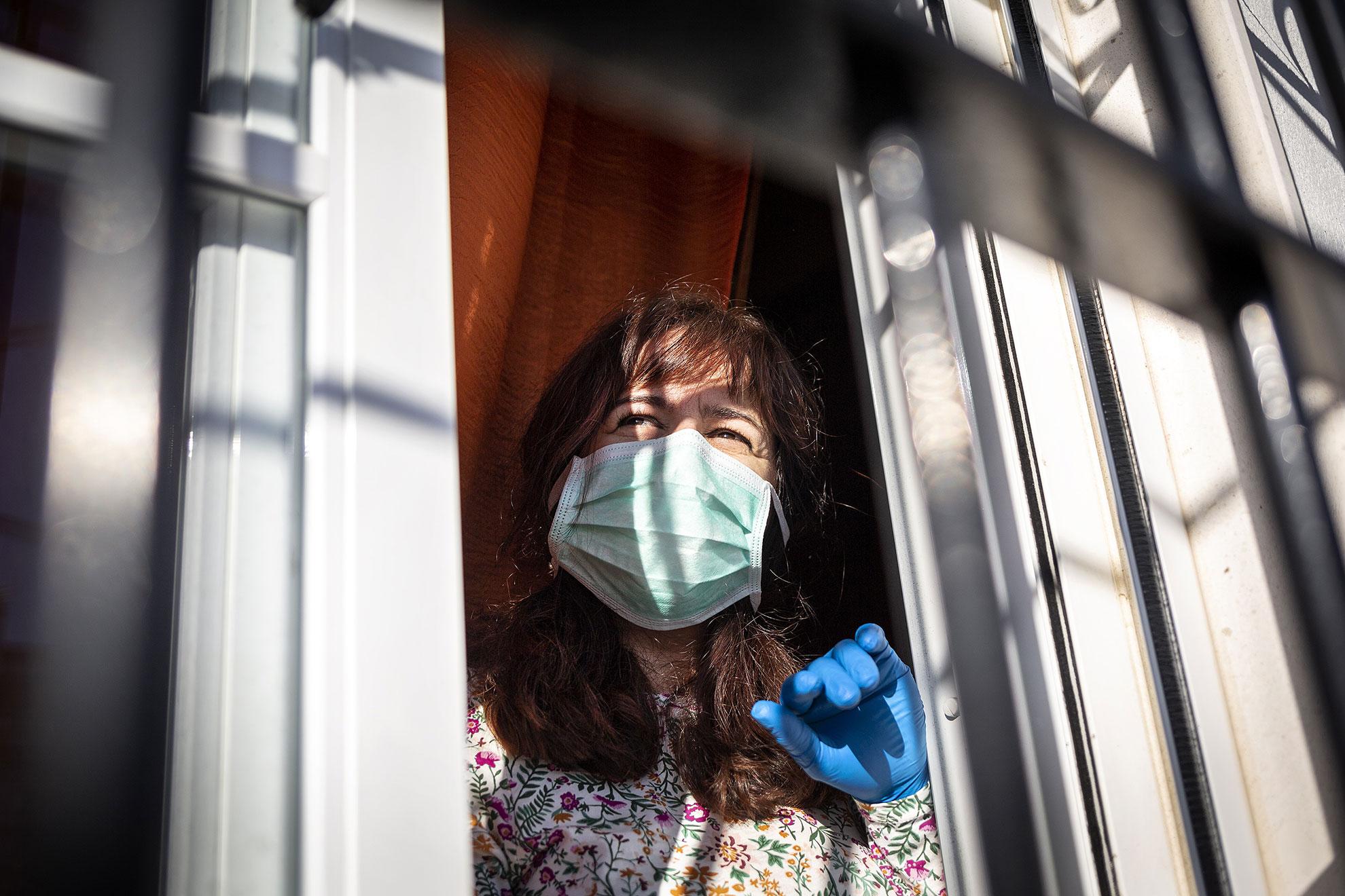 Nerva (Huelva) Merchy de 45 años, trabaja en el departamento de Rayos X del Hospital de Riotinto (Huelva). El 15 de Marzo comenzó a sentir los sintomas propios del coronavirus. Pocos días más tarde le confirmaron que se había contagiado del COVID 19. Desde entonces lleva aislada en su casa de Nerva (Huelva) pasando la enfermedad, sin contacto físico con sus dos hijos y su marido. Ella se siente afortunada por que está superando la enfermedad sin grandes sufrimientos y pasa parte de su día animando a compañeros que están en su misma situación. Ha llevado su convalecencia desde el buen ánimo, alejándose al máximo de todas las noticias negativas. Lo único negativo que espera, es el resultado de su test al que se va a someter esta misma mañana.