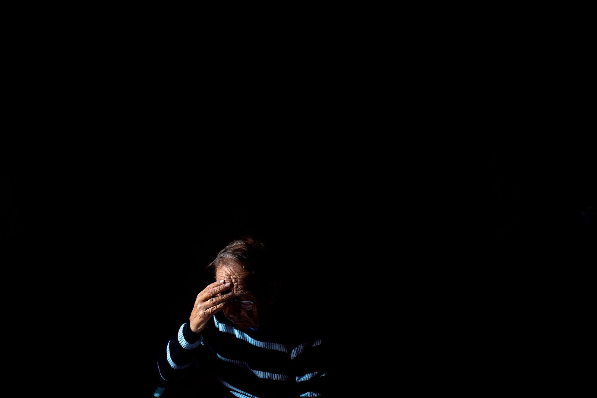 Sevilla José, de 84 años, arrastra una fractura de cadera desde hace aproximadamente en mes. Mañana tenía cita para ir al Hospital en Sevilla y revisar el estado de su cadera maltrecha, pero hace ya un par de semanas que avisaron desde el hospital que esa cita se posponía sin fecha hasta nuevo aviso. Casi todas las consultas médicas del país se han cancelado por la emergencia sanitaria. Al aislamiento provocado por el coronavirus se une además la incertidumbre de la evolución de su fractura. Hay días que el dolor es fuerte y José pide un paracetamol para calmar el malestar y apenas puede dar un par de pasos seguidos. Sus hijos dudan que hacer: ¿Aguantamos como sea aunque pierda la movilidad o lo llevamos al hospital y le exponemos a un contagio de COVID19? No hay certezas de lo que será la mejor elección, pero sus hijos eligen aguantar sin ir al hospital.